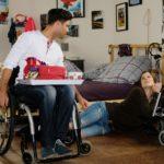 Elli (Nora Koppen) will voller Elan ihr Leben im Rollstuhl in Angriff nehmen und hat in Paco (Milos Vukovic) ein Vorbild. Doch sie muss schnell merken, dass Rollstuhlfahren gelernt sein will... (Quelle: RTL / Stefan Behrens)