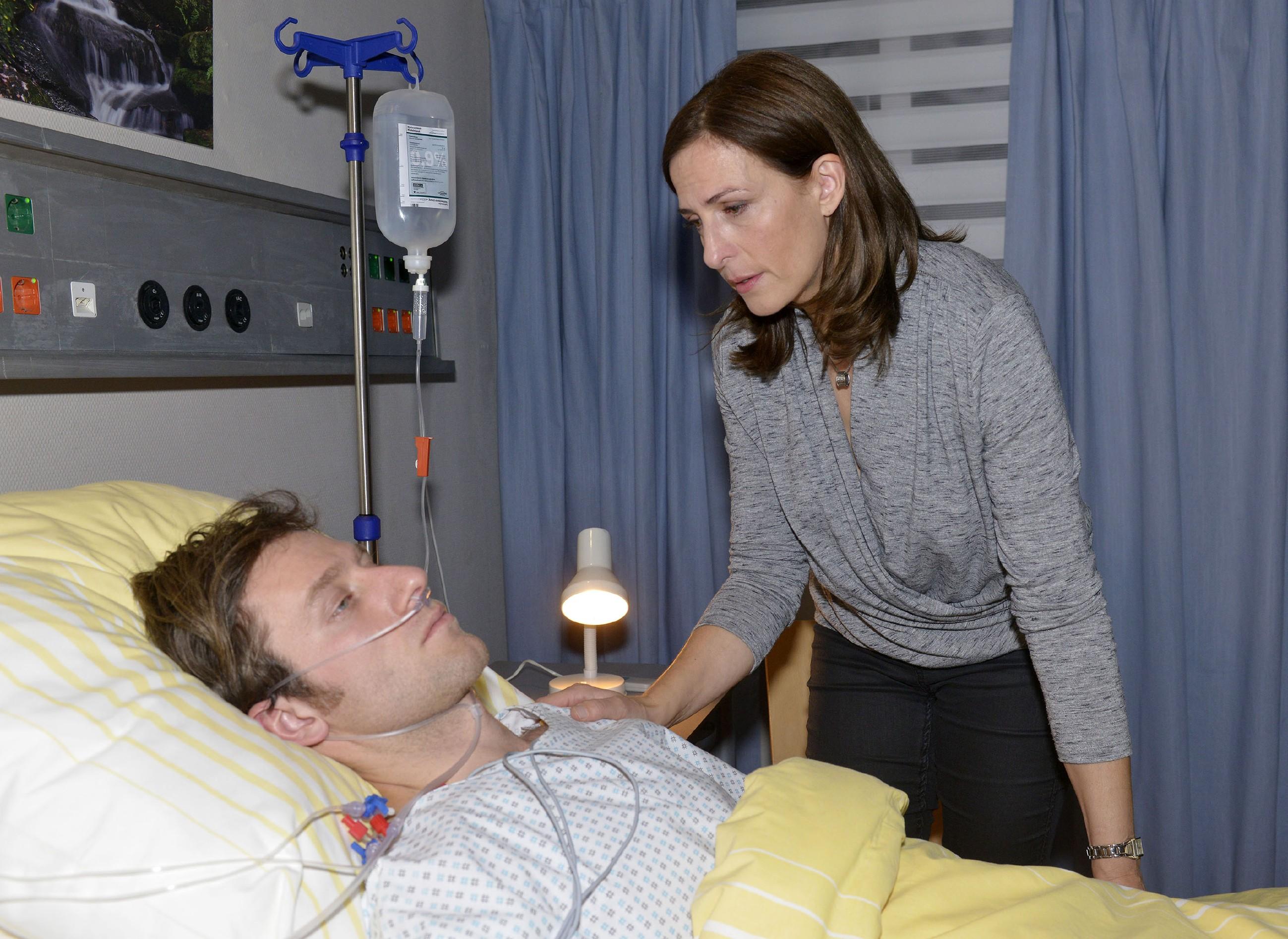 Katrins (Ulrike Frank) Schock über Tills (Merlin Leonhardt) Zusammenbruch ist groß und im Krankenhaus weicht sie nicht von seiner Seite. (Quelle: RTL / Rolf Baumgartner)