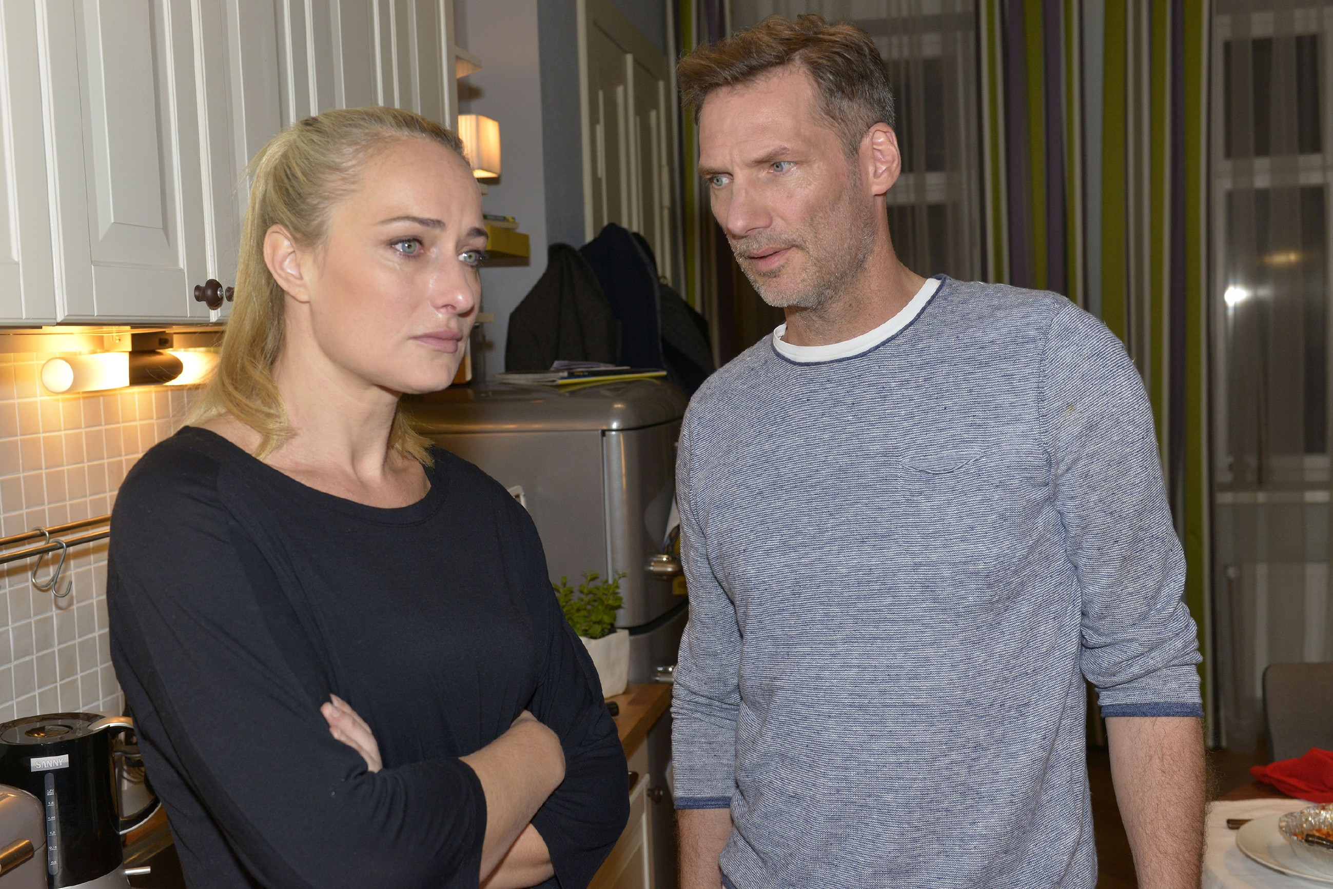 Tills Schicksal macht Maren (Eva Mona Rodekirchen) und Alexander (Clemens Löhr) schwer zu schaffen. (Quelle: RTL / Rolf Baumgartner)