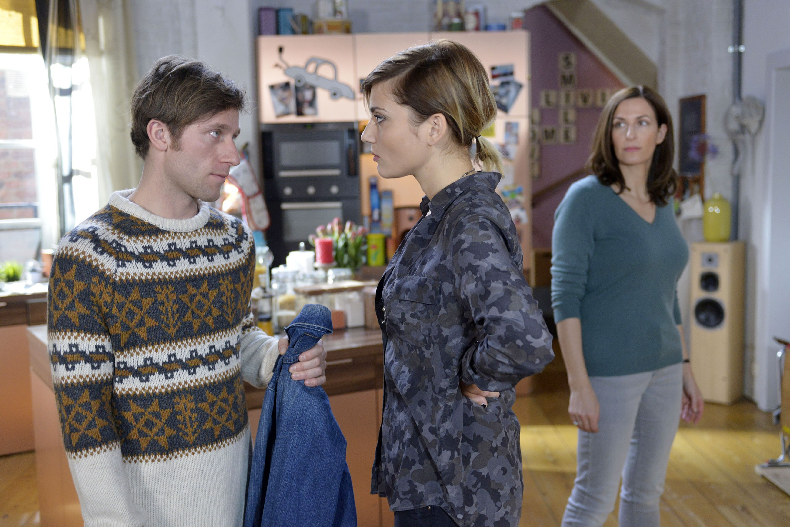 Katrin (Ulrike Frank, r.) beschleicht eine böse Vorahnung, als Till (Merlin Leonhardt) Anni (Linda Marlen Runge) seine Lieblingsjacke schenken will. (Quelle: RTL / Rolf Baumgartner)