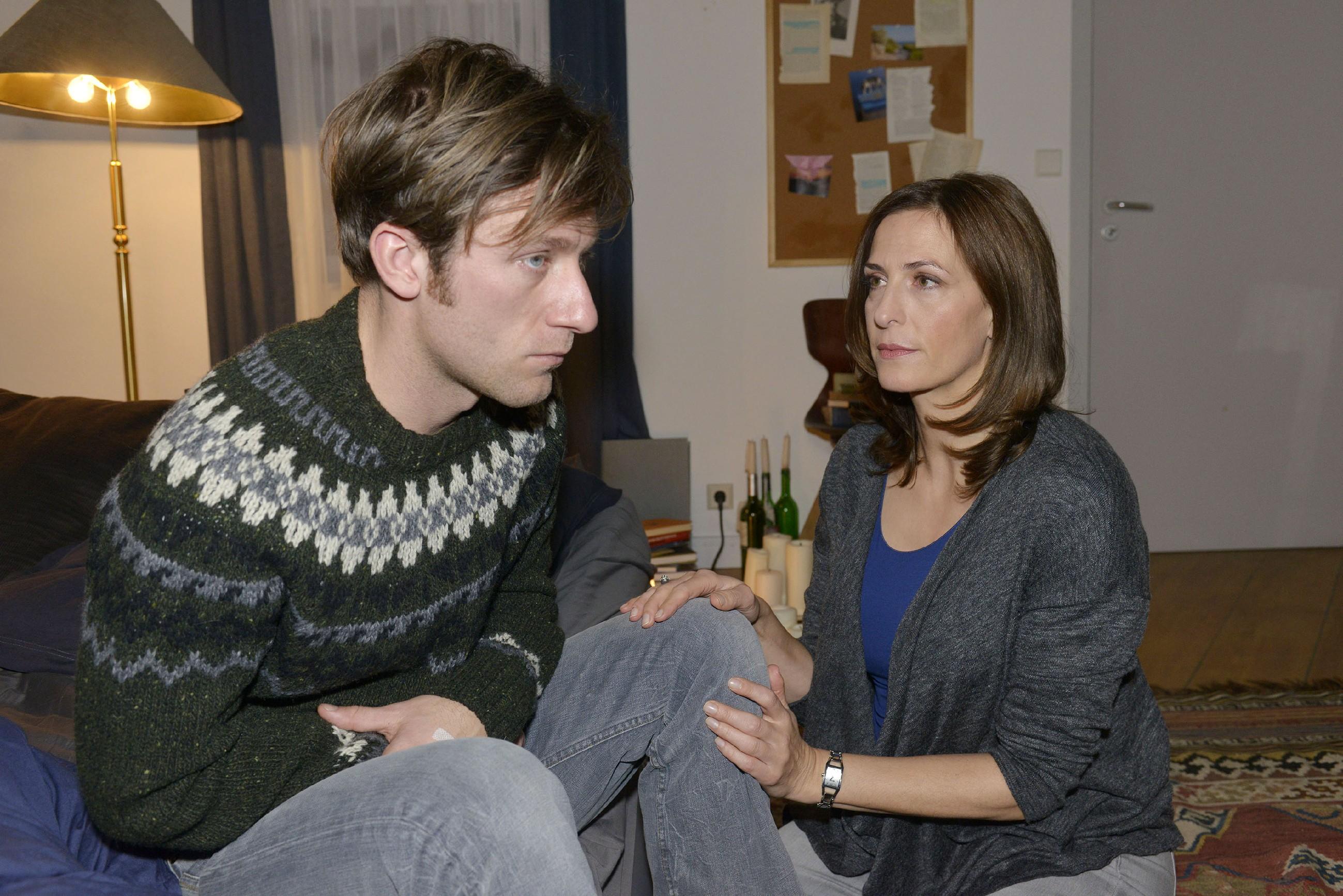 Katrin (Ulrike Frank) setzt es schwer zu, als Till (Merlin Leonhardt) ihr mitteilt, dass ihn schlimme Gedanken quälen. Zu groß ist seine Angst vor dem nächsten Schub und seinen Folgen... (Quelle: RTL / Rolf Baumgartner)