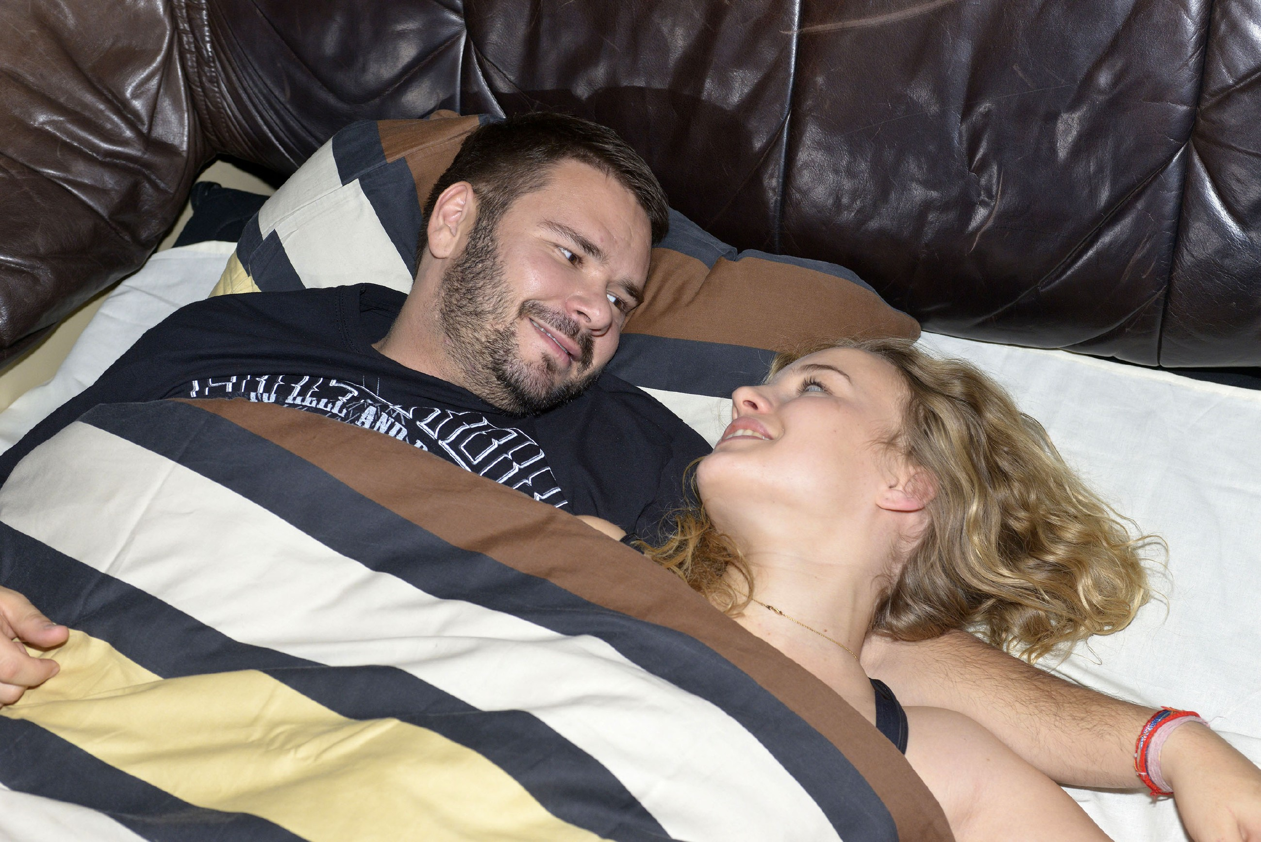 Als Tuner (Thomas Drechsel) am Morgen nach dem Date erwacht, könnte er vor Glück die ganze Welt umarmen: Er ist total verknallt und hofft, dass es Jule (Luise von Finckh) auch so geht... (Quelle: RTL / Rolf Baumgartner)