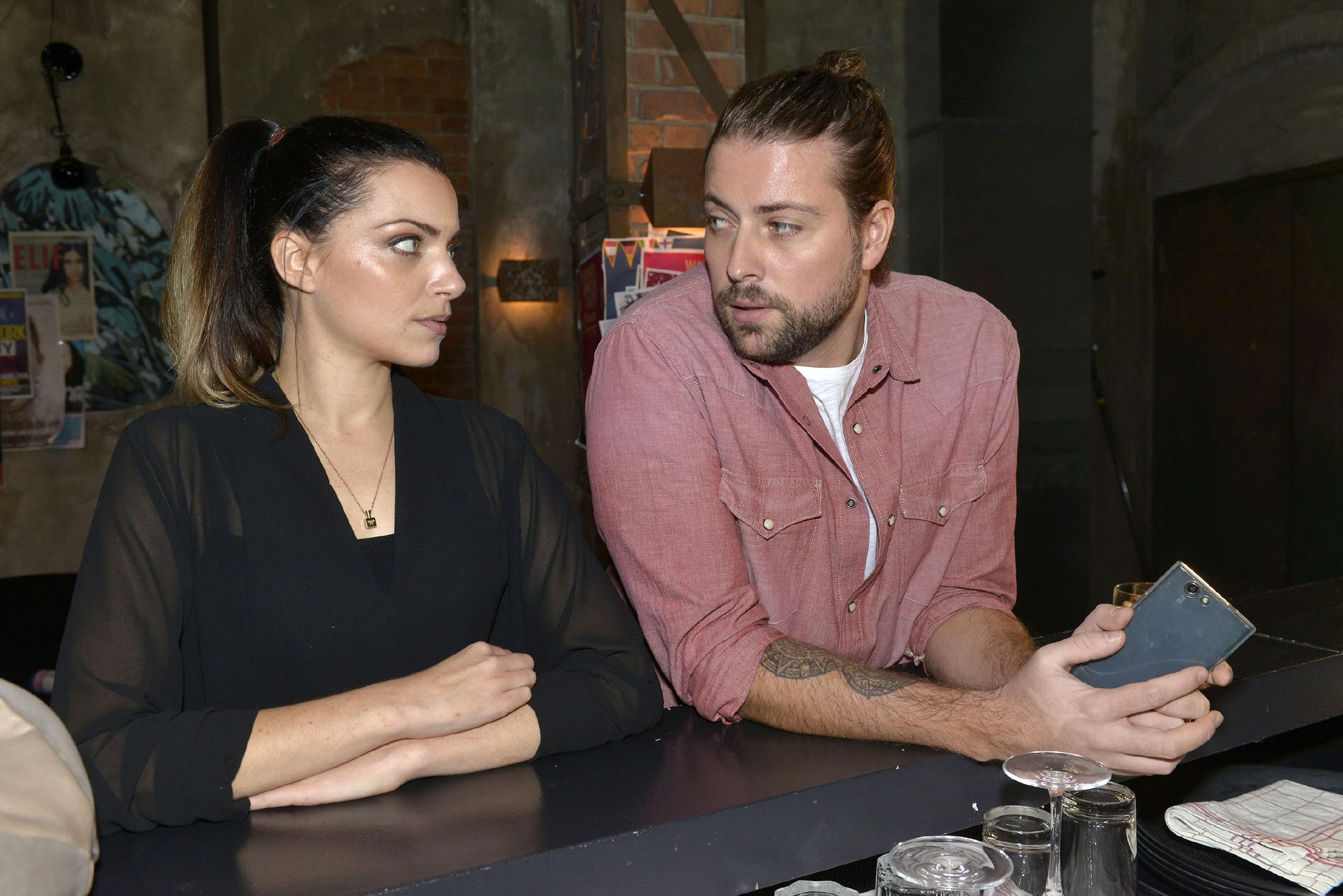 John (Felix von Jascheroff) glaubt zu erkennen, dass Paul Emily (Anne Menden) nicht gleichgültig ist. (Quelle: RTL / Rolf Baumgartner)