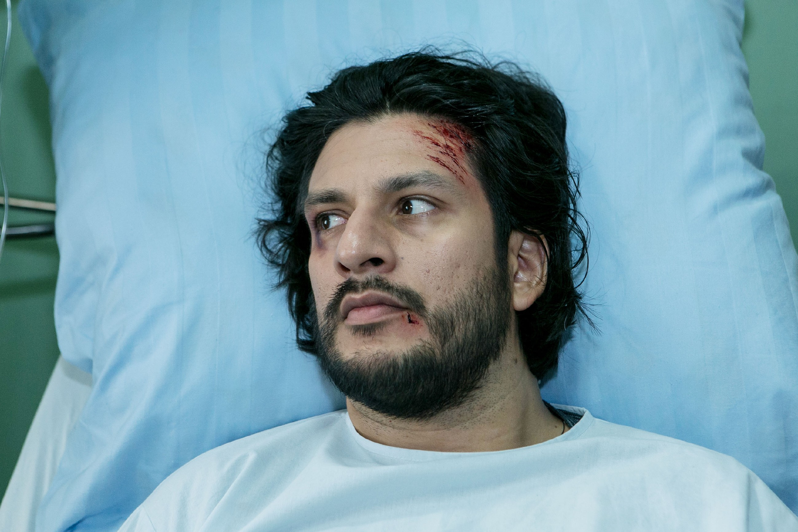 Maximilian (Francisco Medina) erwacht aus seiner Narkose. (Quelle: RTL / Kai Schulz)
