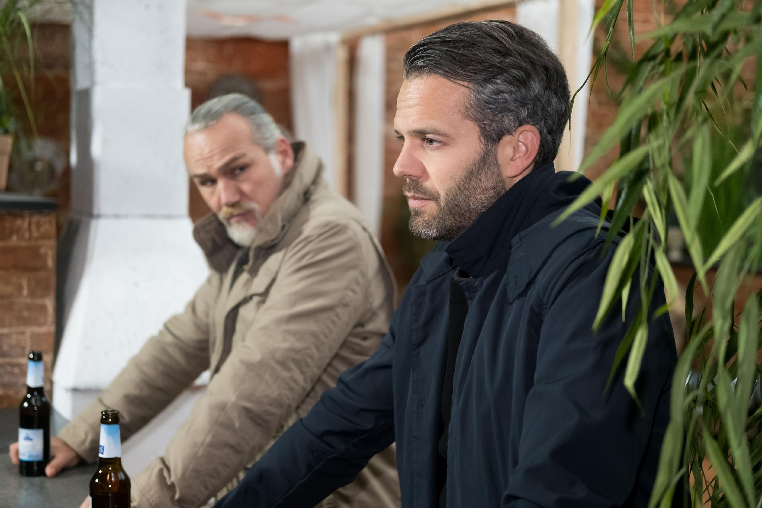 Till (Ben Ruedinger, r.) ist überrascht, dass gerade Robert (Luca Maric) ihm seine Unterstützung zusichert. (Quelle: RTL / Stefan Behrens)