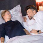 Nach einem sehr entspannten gemeinsamen Abend wachen Ute (Isabell Hertel) und Malte (Stefan Bockelmann) in trauter Zweisamkeit zusammen auf. (Quelle: RTL / Stefan Behrens)