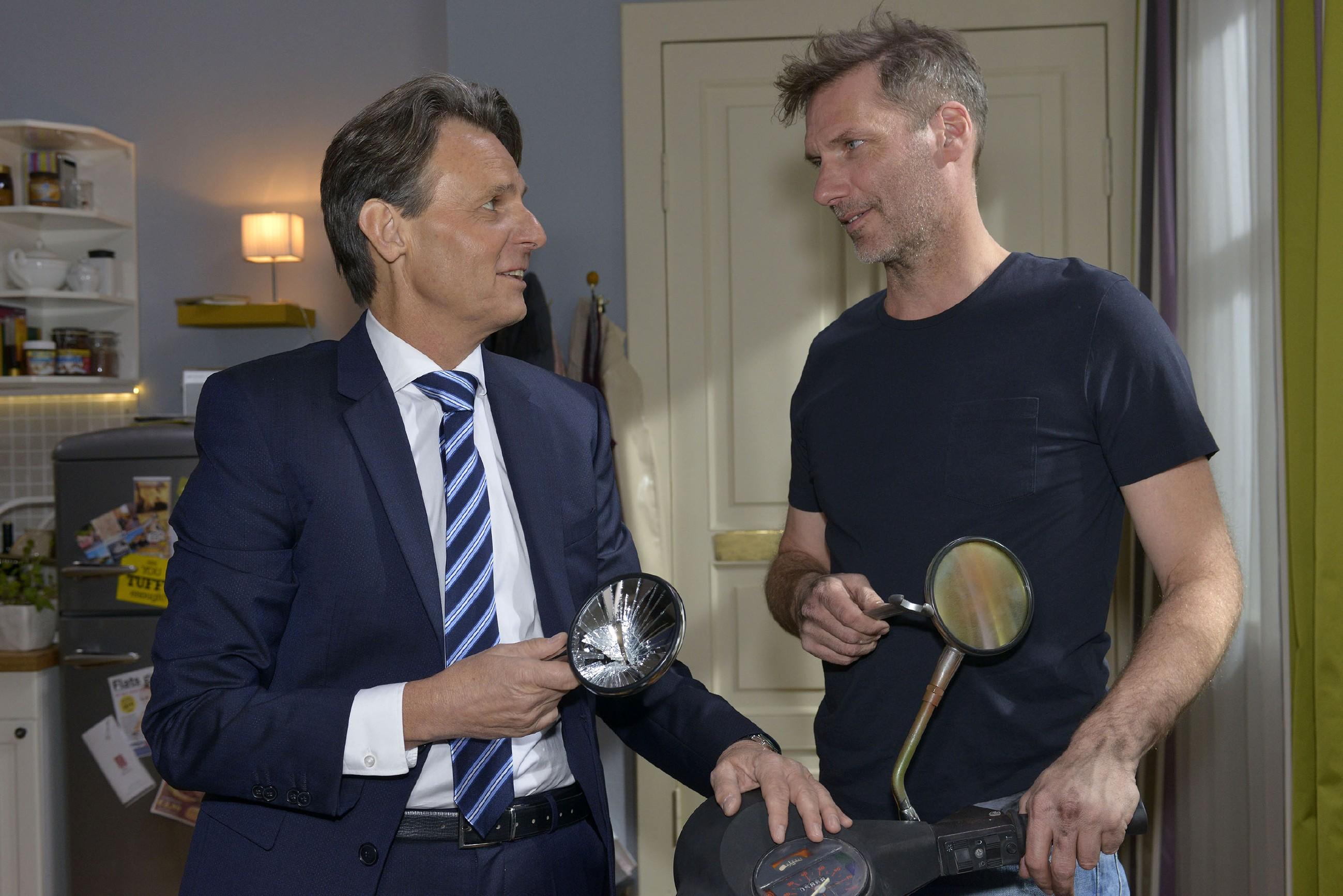 Ein Missgeschick von Gerner (Wolfgang Bahro) führt zu einem offenen Gespräch zwischen ihm und Alexander (Clemens Löhr, und bringt die alten Freunde einander wieder näher... (Quelle: RTL / Rolf Baumgartner)