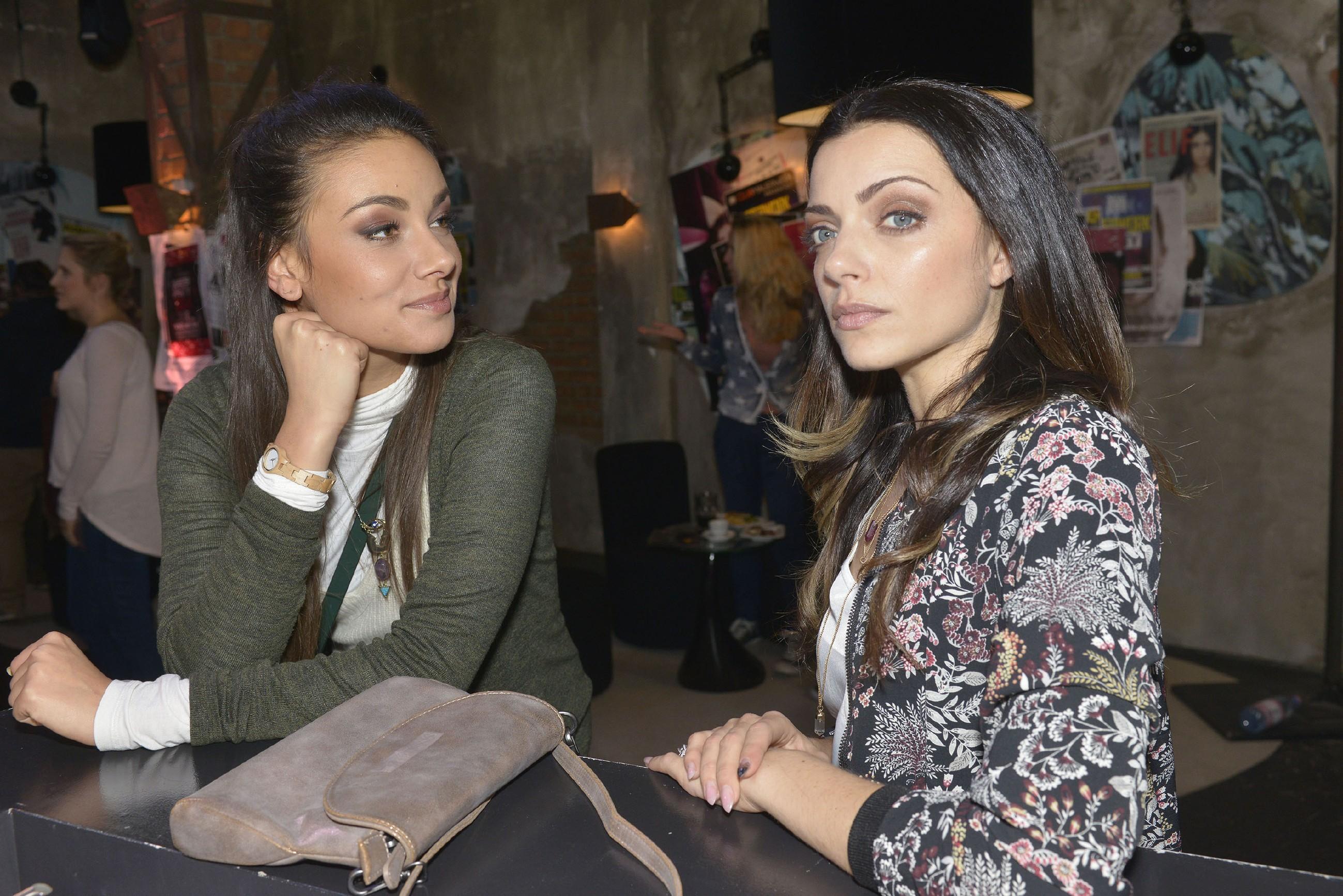 Jasmin (Janina Uhse, l.) bemerkt, dass Emily (Anne Menden) über den offenbar erfolgreichen Kuppelversuch nicht sonderlich glücklich ist. (Quelle: RTL / Rolf Baumgartner)