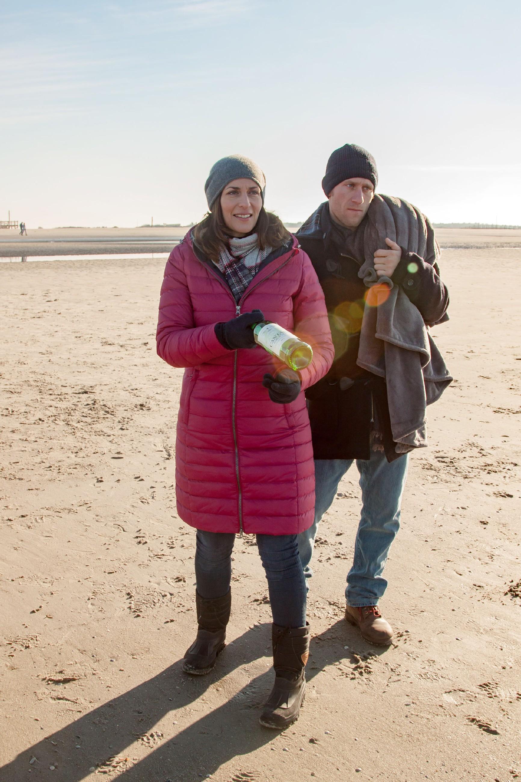 Katrin (Ulrike Frank) und Till (Merlin Leonhardt) genießen die gemeinsame Zeit am Meer und finden am Strand eine alte Flaschenpost.(Quelle: RTL / Benjamin Kampehl)