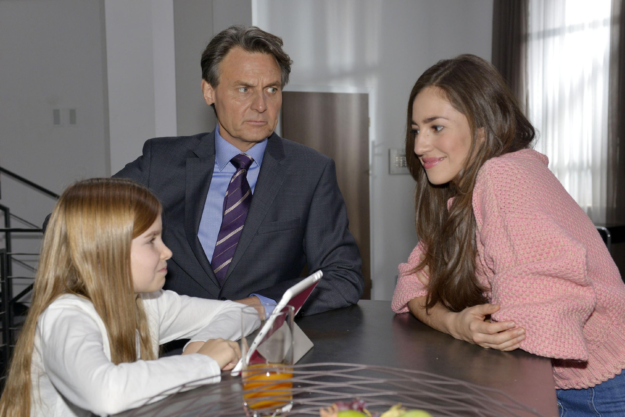 Elena (Elena Garcia Gerlach, r.) ist glücklich, dass sie bei Gerner (Wolfgang Bahro) ein neues Zuhause gefunden hat. Bereitwillig kümmert sie sich um Johanna, die Gerner in den Ohren liegt, endlich die lang ersehnte Kurzhaarfrisur zu bekommen. (Quelle: RTL / Rolf Baumgartner)