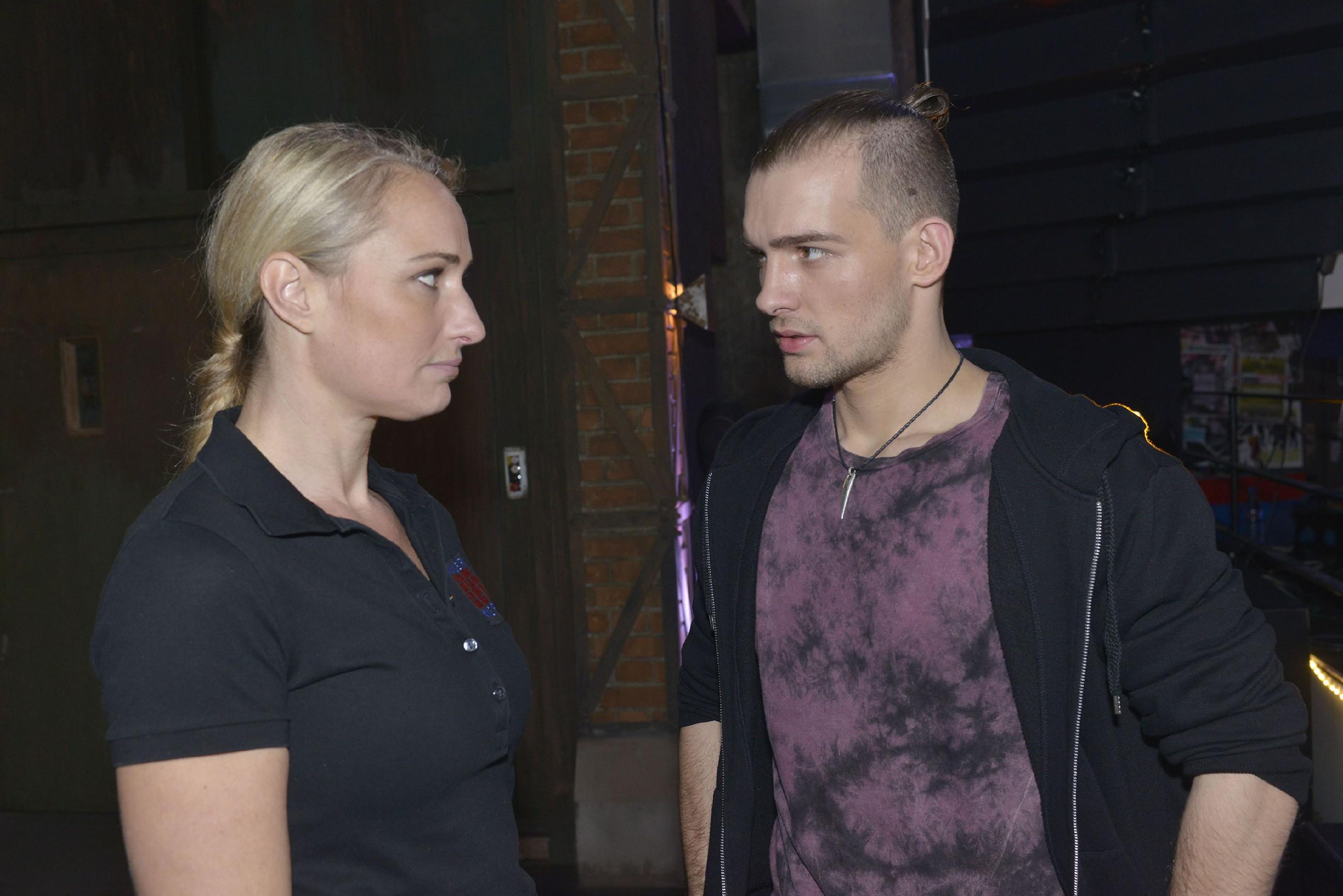 Chris (Eric Stehfest) erfährt von Maren (Eva Mona Rodekirchen), dass Till einen erneuten Schub hatte. (Quelle: RTL / Rolf Baumgartner)