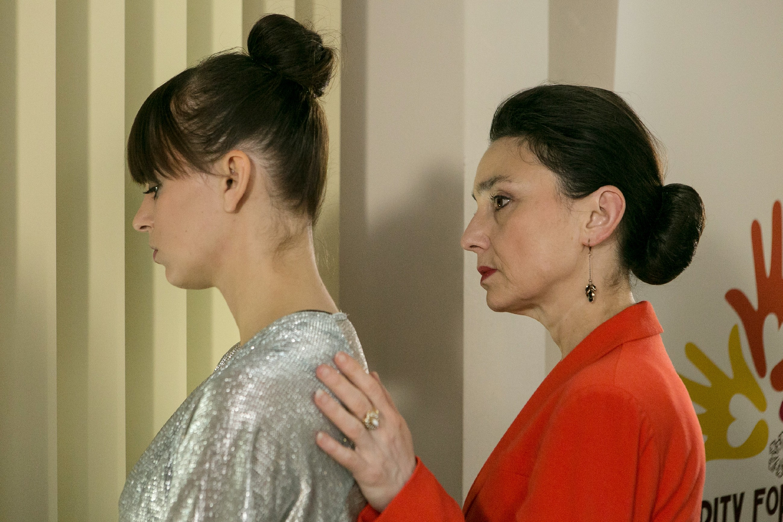 Getrieben von ihrem schlechten Gewissen, bemüht sich Simone (Tatjana Clasing, r.) um Michelle (Franziska Benz). (Quelle: RTL / Kai Schulz)