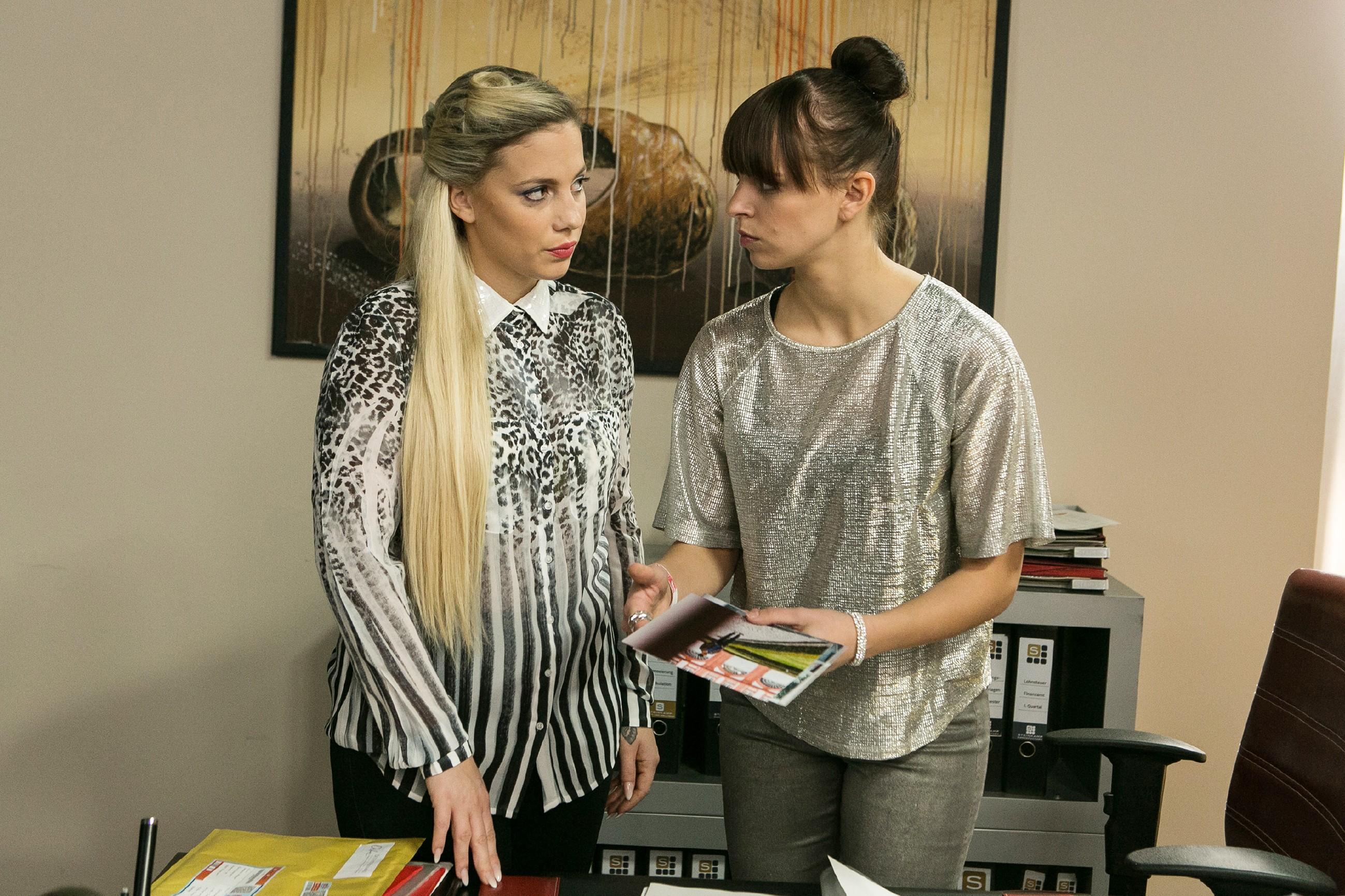 Michelle (Franziska Benz, r.) erfährt im Beisein von Iva (Christina Klein) getroffen, dass es sich Vincent in einer Privatklinik gut gehen lässt. (Quelle: RTL / Kai Schulz)