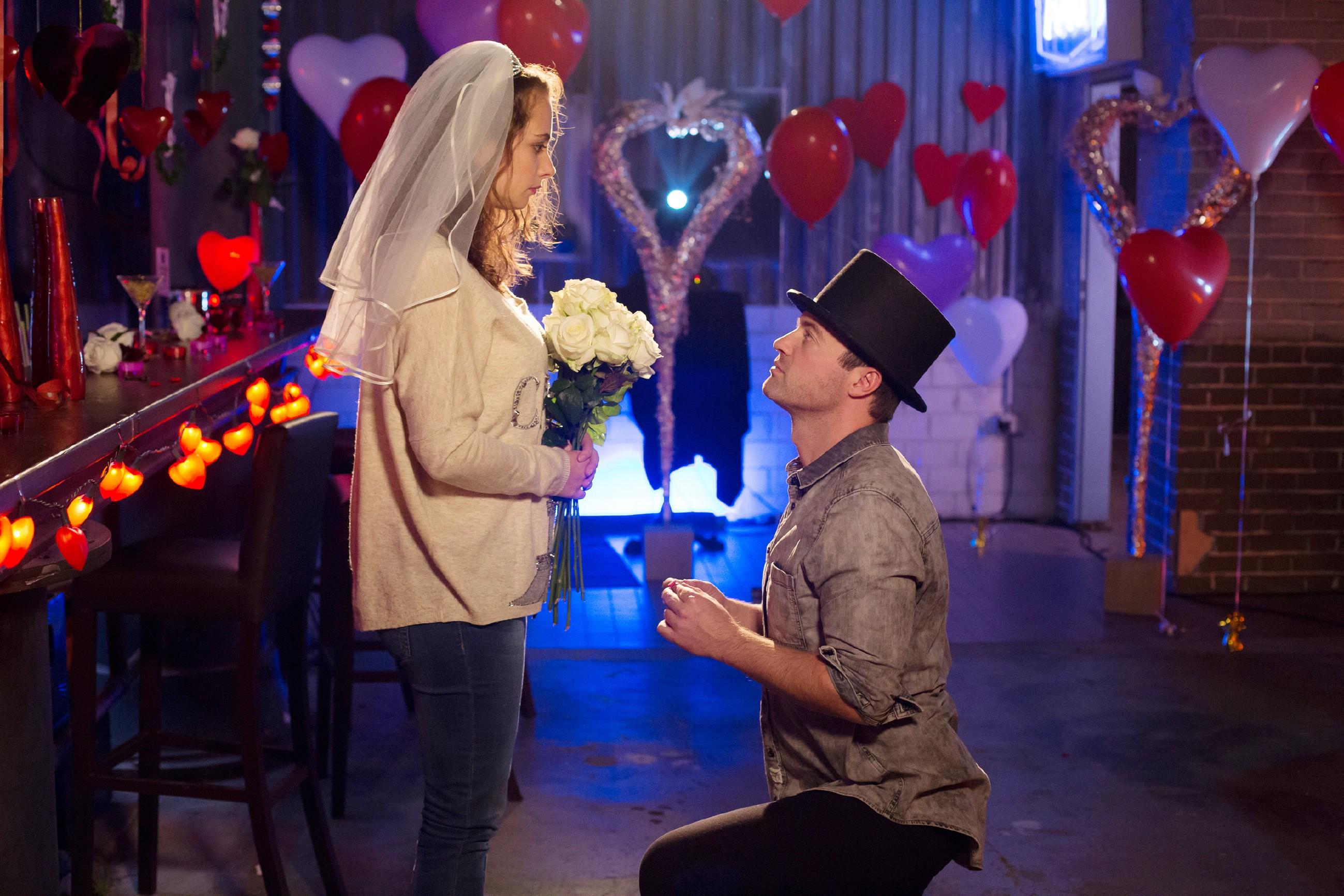 Ben (Jörg Rohde) macht Carmen (Heike Warmuth) einen romantischen Heiratsantrag. (Quelle: RTL / Michael Böhme)