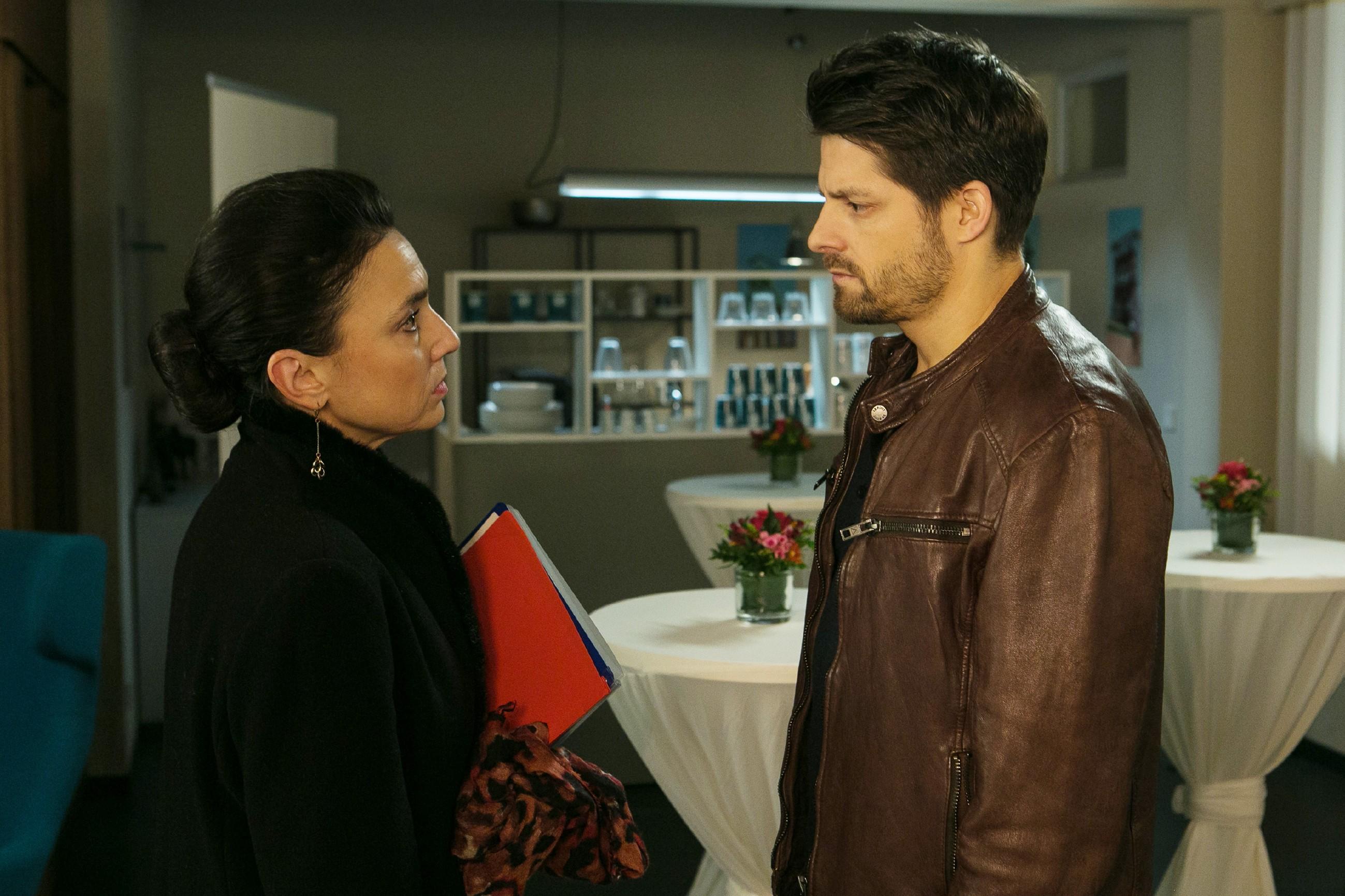 Simone (Tatjana Clasing) ist erstaunt, als Vincent (Daniel Buder) plötzlich vor ihr steht: Was hat ihn zur Rückkehr nach Essen veranlasst? (Quelle: RTL / Kai Schulz)
