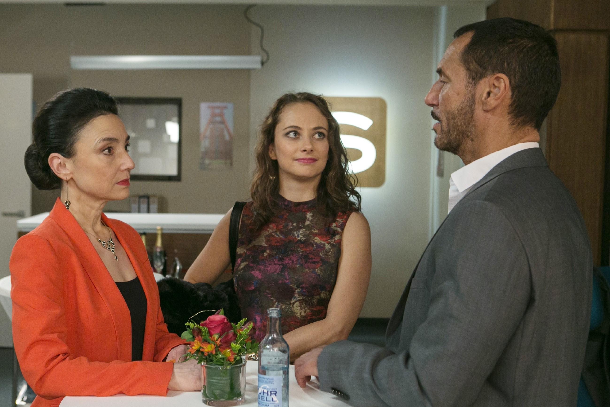 Simone (Tatjana Clasing, l.), Carmen (Heike Warmuth) und Richard (Silvan-Pierre Leirich) hoffen, dass es ab jetzt aufwärts geht. (Quelle: RTL / Kai Schulz)