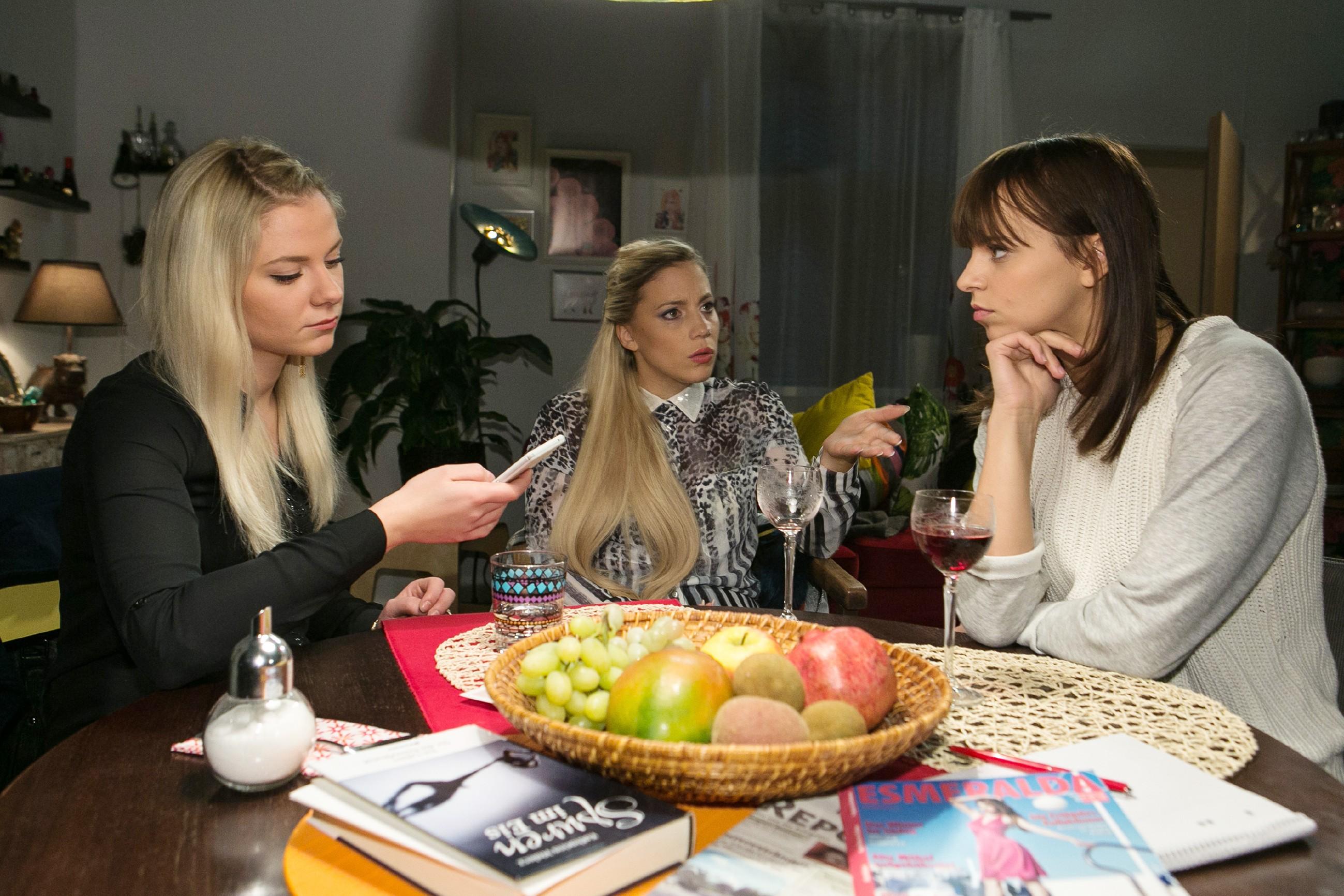 Michelle (Franziska Benz, r.) erzählt Marie (Cheyenne Pahde, l.) und Iva (Christina Klein), dass sie das Kapitel Vincent endlich abschließen will. (Quelle: RTL / Kai Schulz)