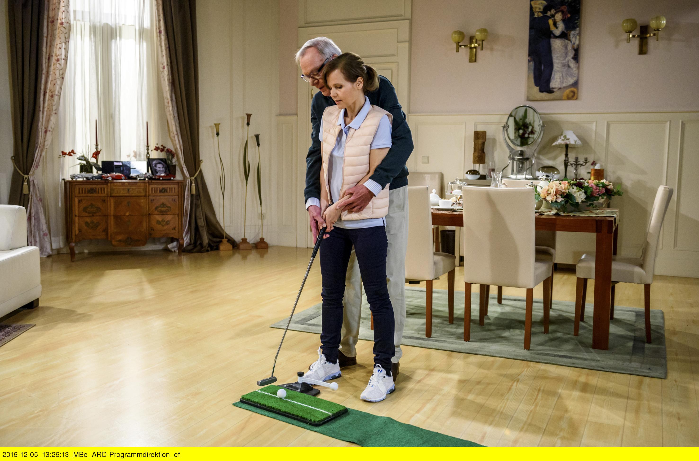 ARD STURM DER LIEBE FOLGE 2618, am Dienstag (24.01.17) um 15:10 Uhr im ERSTEN. Melli (Bojana Golenac, r.) fordert Werner (Dirk Galuba, l.) zu einem Golfspiel heraus. (Quelle: ARD/Christof Arnold)