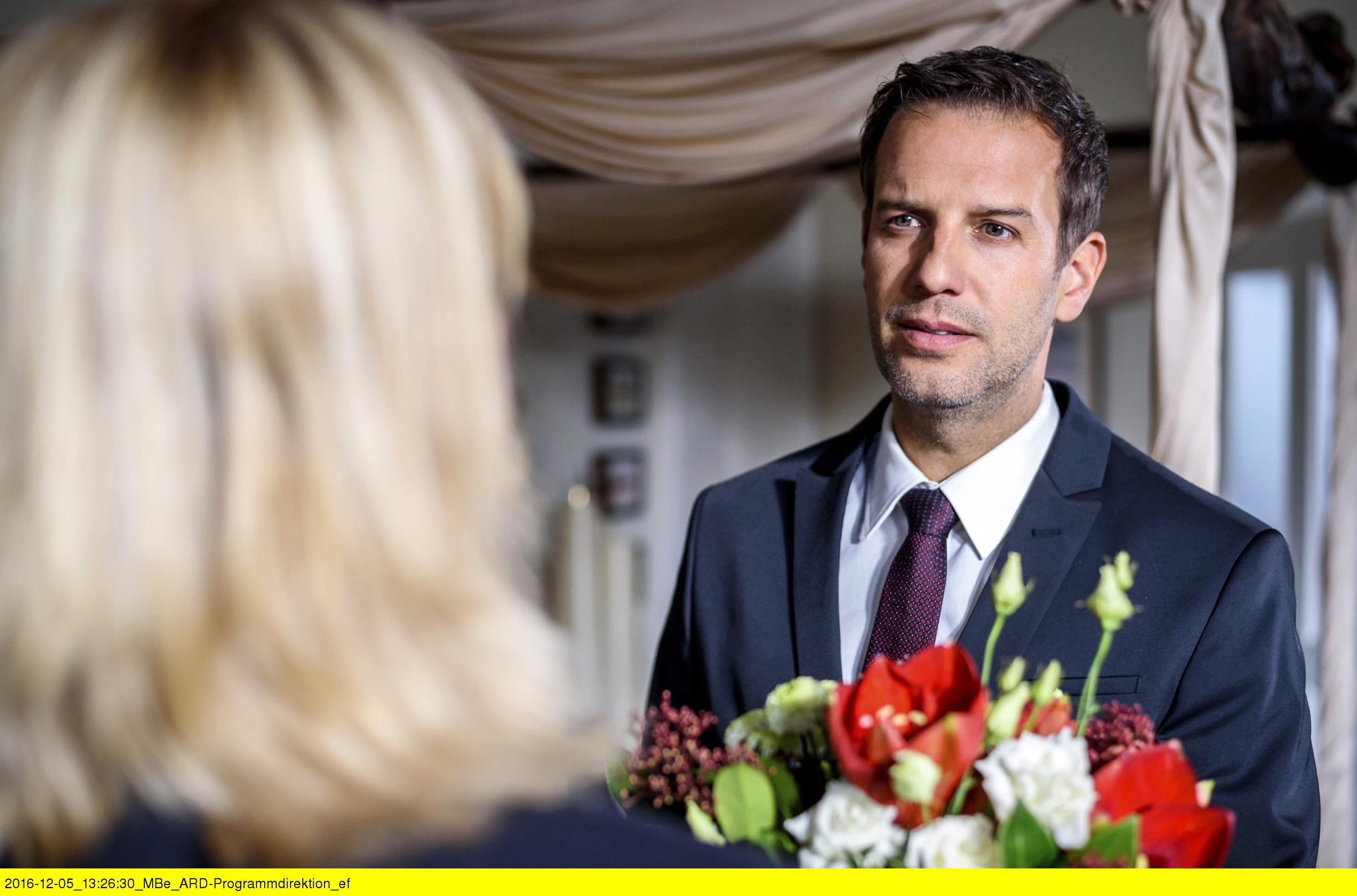 ARD STURM DER LIEBE FOLGE 2618, am Dienstag (24.01.17) um 15:10 Uhr im ERSTEN. Nils (Florian Stadler, r.) hat gegenüber Charlotte (Mona Seefried, l.) ein schlechtes Gewissen. (Quelle: ARD/Christof Arnold)