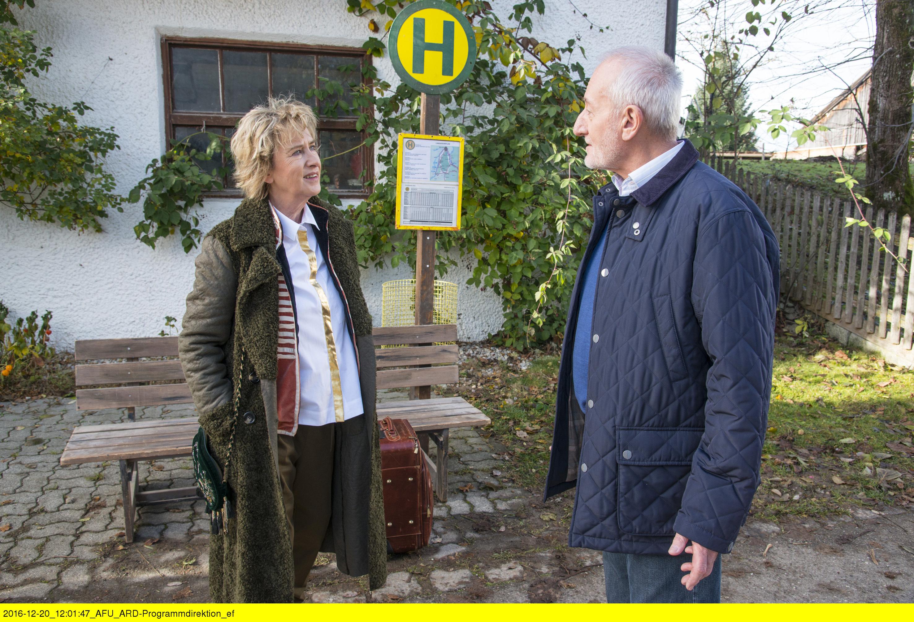 ARD STURM DER LIEBE FOLGE 2627, am Montag (06.02.17) um 15:10 Uhr im ERSTEN. Als Alfons (Sepp Schauer, r.) auf seine Jugendliebe Gerti (Beatrice Richter, l.) trifft, erfährt er, dass sie angeblich wegen schlechter Schwingungen einem Treffen mit Melli ausgewichen ist. Beatrice Richter kommt als Gerti Schönfeld an den Fürstenhof. Die spirituell angehauchte, egozentrische und attraktive Gerti ist die leibliche Mutter von Melli und musste ihr Kind gleich nach der Geburt weggeben. (Quelle: ARD/Marco Meenen)