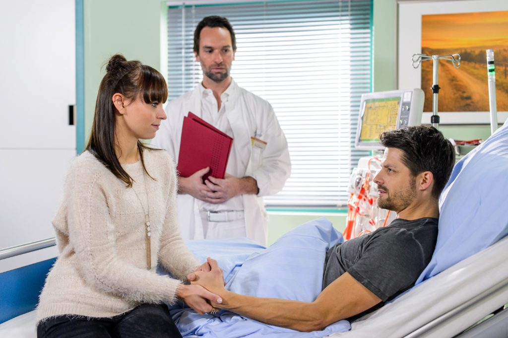 Michelle (Franziska Benz) beschließt im Beisein von Thomas (Daniel Brockhaus, M.) voller Reue, Vincent (Daniel Buder) ihre Niere zu spenden.