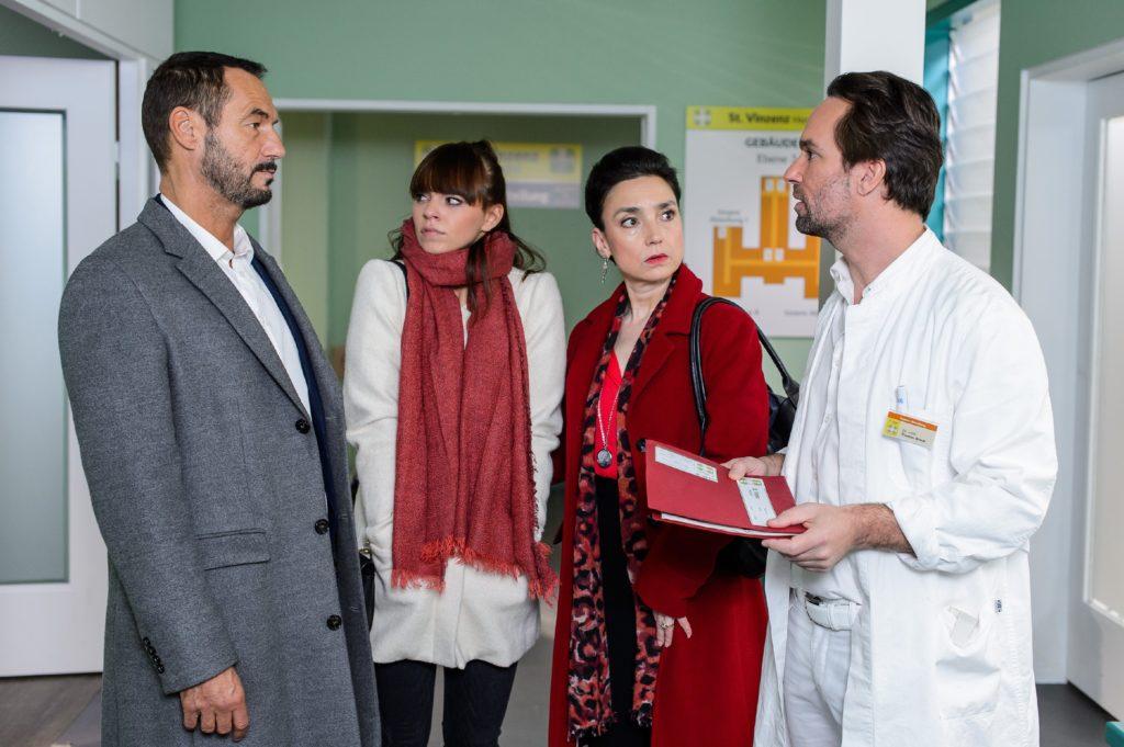 Richard (Silvan-Pierre Leirich, l.) und Simone (Tatjana Clasing, 2.v.r.) begleiten Michelle (Franziska Benz) ins Krankenhaus und erfahren überrascht von Thomas (Daniel Brockhaus), dass Vincents Tod ein Missverständnis war - er lebt!