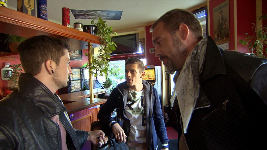 Jannes möchte Aylin überraschen, doch Theo macht ihm einen Strich durch die Rechnung. v.li.: Jannes, Malte, Theo