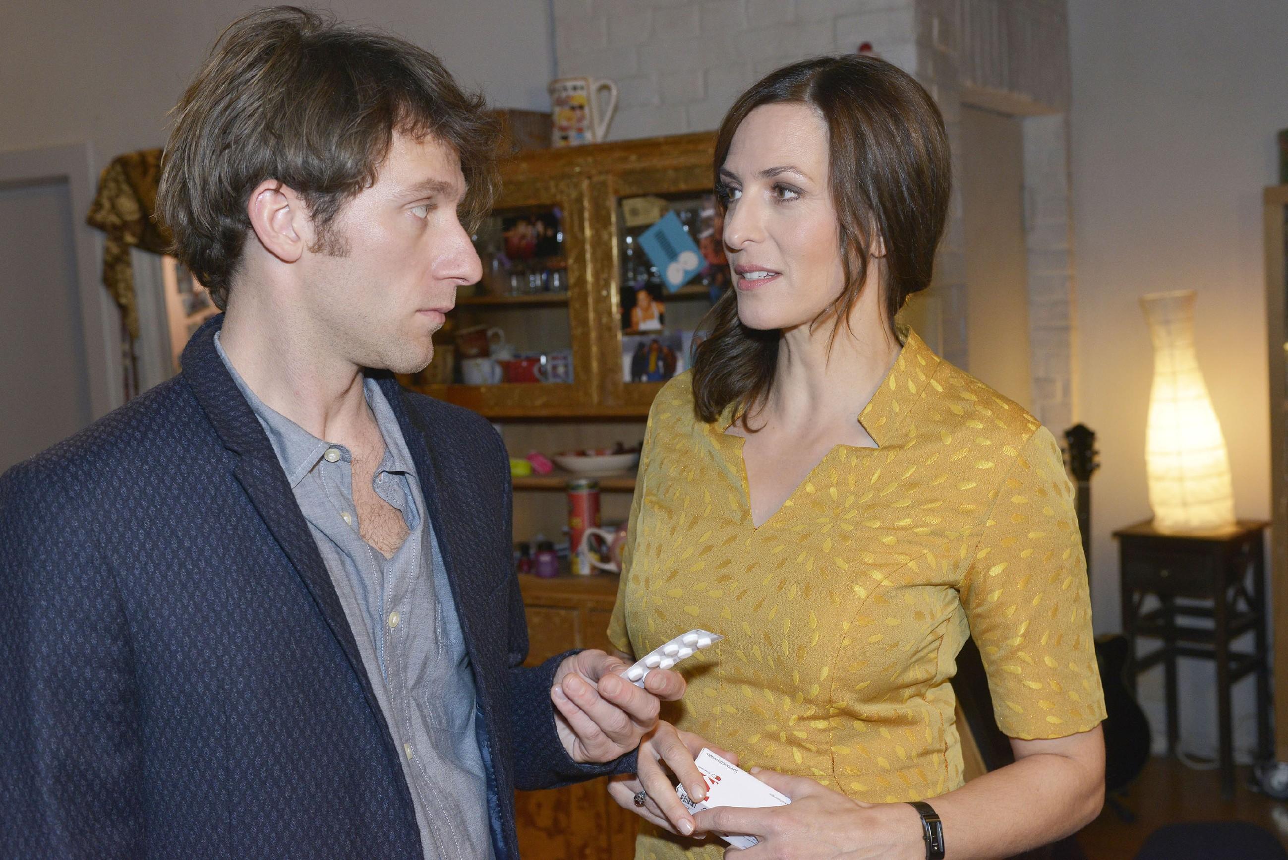 Gemeinsam mit Katrin hat sich Till (Merlin Leonhardt) das nicht für seine Krankheit zugelassene Medikament verschafft und ist bereit, die Nebenwirkungen der Tabletten in Kauf zu nehmen.