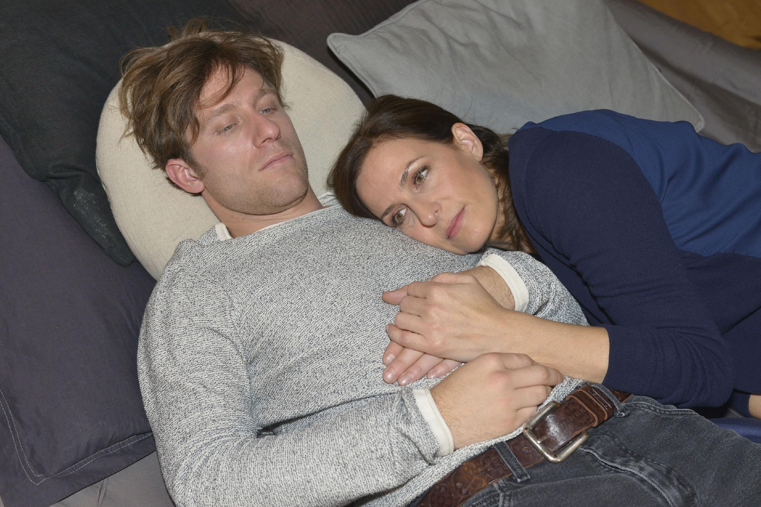 Katrin (Ulrike Frank) schiebt die Gedanken an Tills (Merlin Leonhardt) Krankheit tapfer beiseite und will weiterhin jeden Moment genießen.