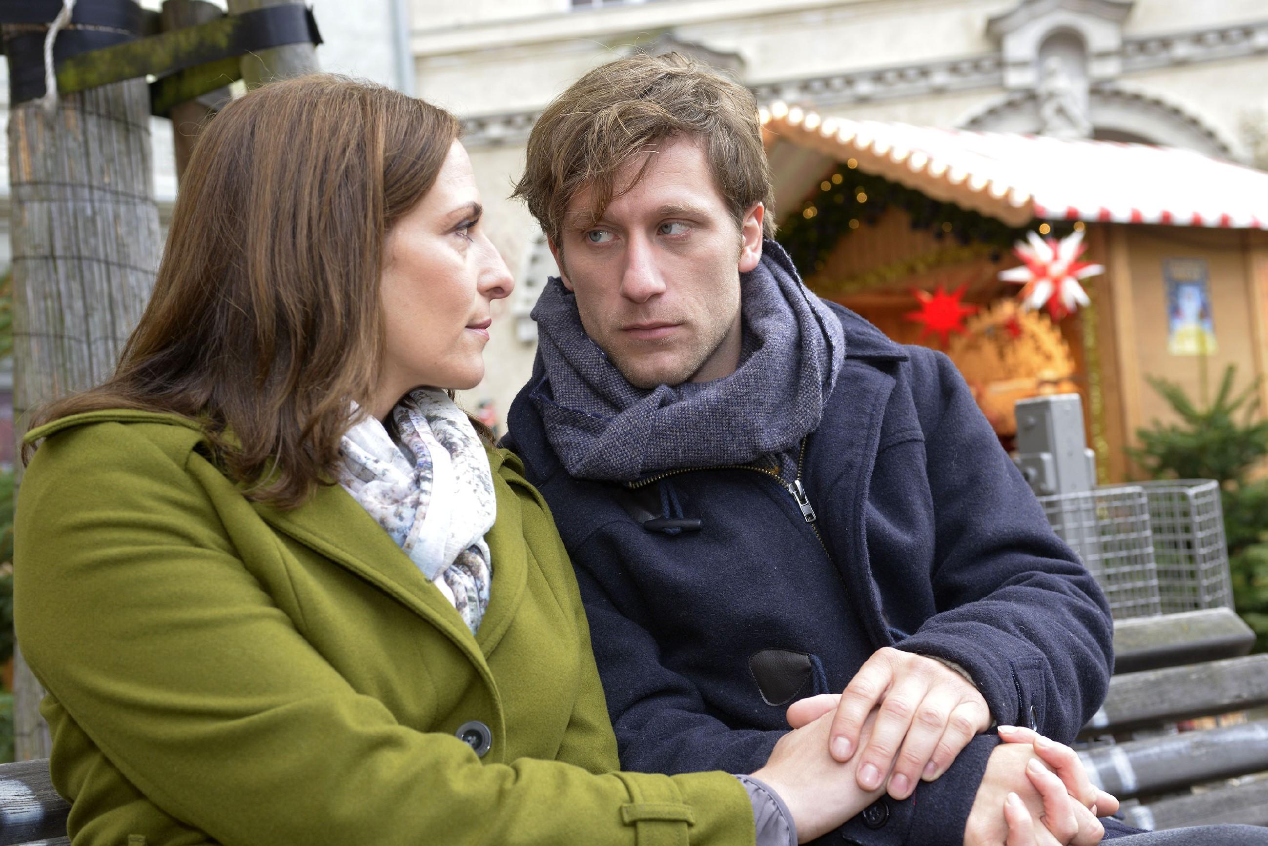Statt Zeit mit der Suche nach einer lebensrettenden Therapie zu vergeuden, will Till (Merlin Leonhardt) mit Katrin (Ulrike Frank) Normalität genießen.