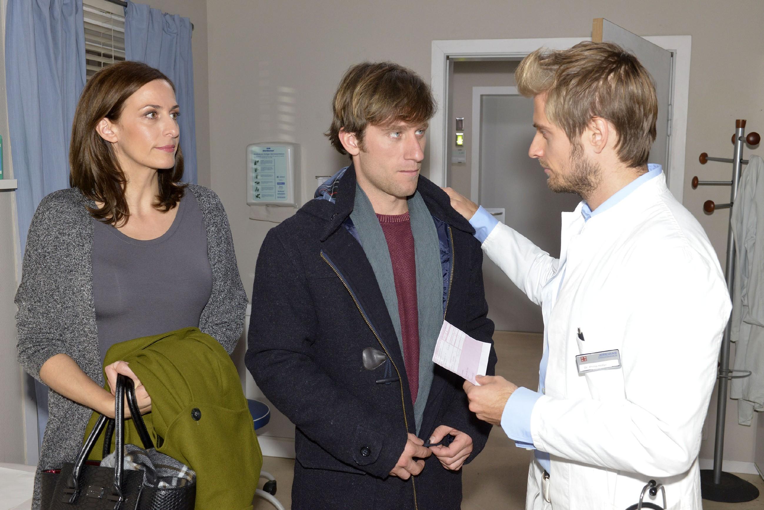 Philip (Jörn Schlönvoigt, r.) kann Katrin (Ulrike Frank) und Till (Merlin Leonhardt) keine Hoffnung in Bezug auf seine Krankheit machen.