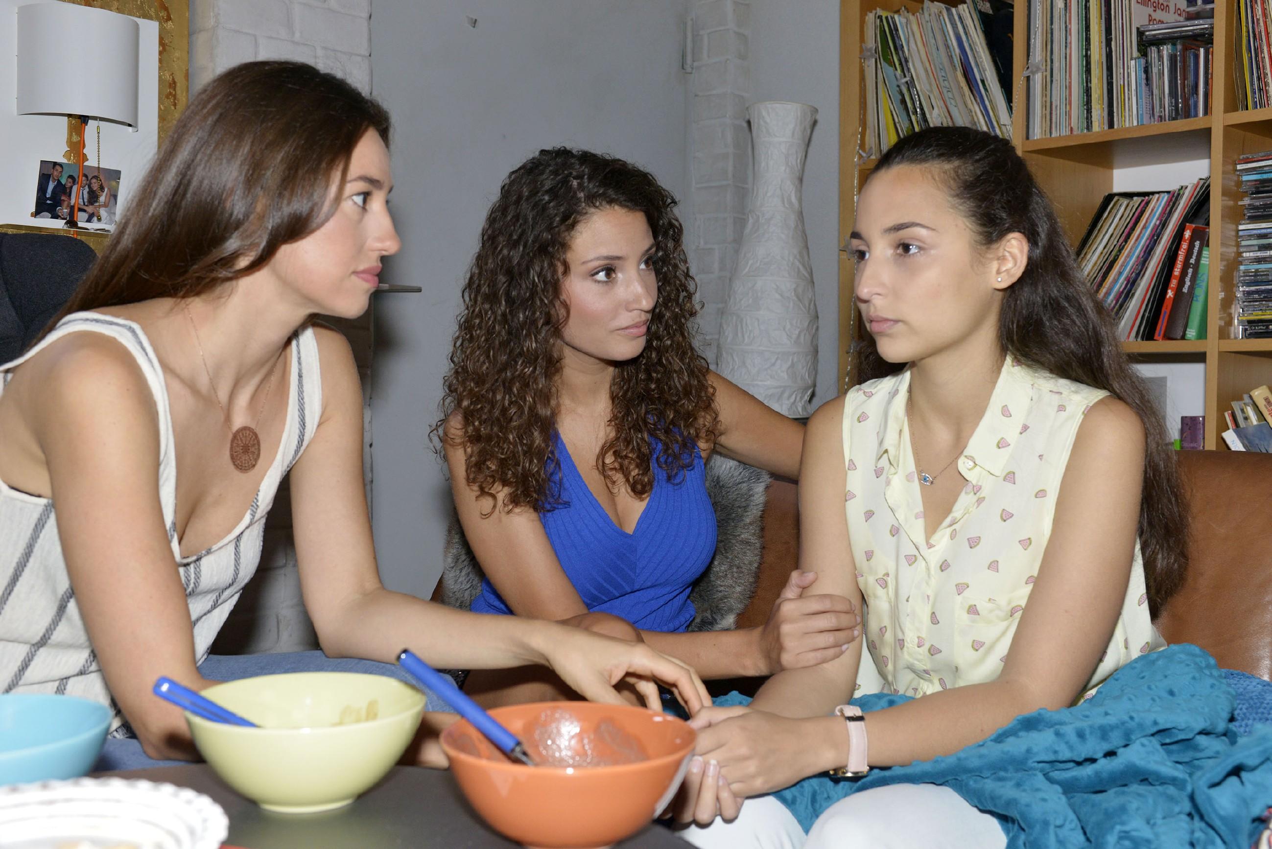 Selma (Rona Özkan, r.) erzählt Elena (Elena Garcia Gerlach, l.) und Ayla (Nadine Menz) von Jonas' aggressivem Verhalten nach der Trennung.