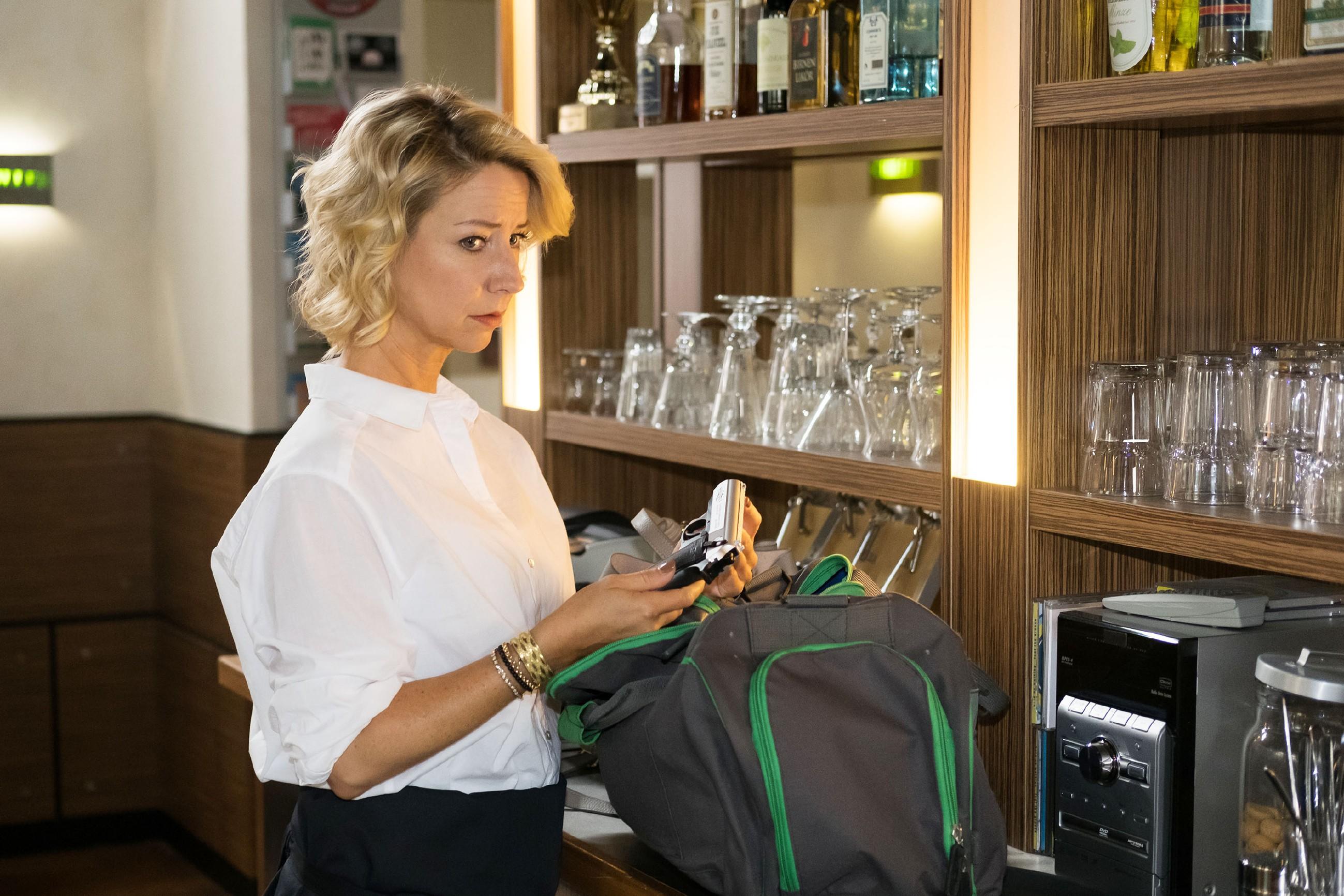 Ute (Isabell Hertel) ist entsetzt, als sie bei Malte eine Waffe entdeckt...