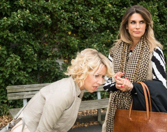 Als Ute (Isabell Hertel, l.) bei einer Begegnung mit Eva (Claudelle Deckert) unter Schmerzen zusammenbricht, glaubt Eva an eine Retourkutsche...