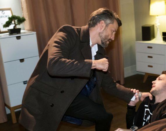Als Mario (Arne Rudolf, r.) in Maltes (Stefan Bockelmann) Wohnung auf ihn wartet und drohend das Geld einfordert, kommt es zum erbitterten Kampf zwischen den beiden...