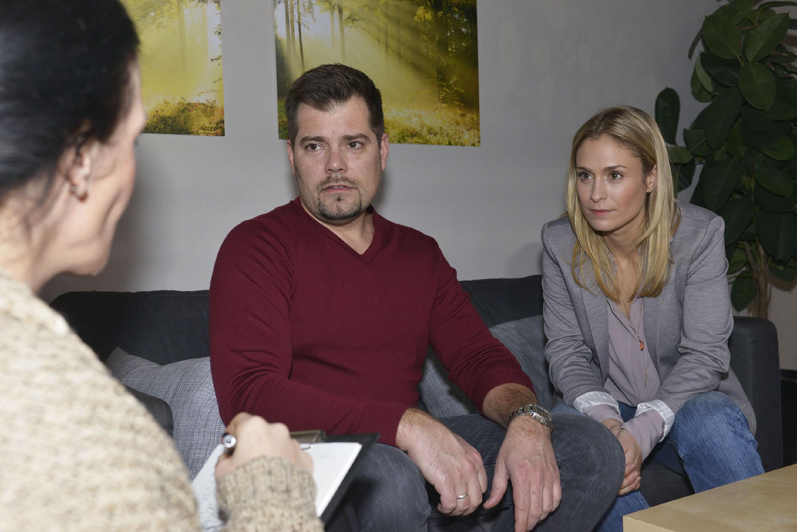 Während für Sophie (Lea Marlen Woitack) die Therapie-Sitzung etwas Befreiendes hat, wird Leon (Daniel Fehlow) jedoch schmerzhaft bewusst, wie sehr er sich nach Lenis Tod im Stich gelassen gefühlt hat... (Foto: RTL / Rolf Baumgartner)