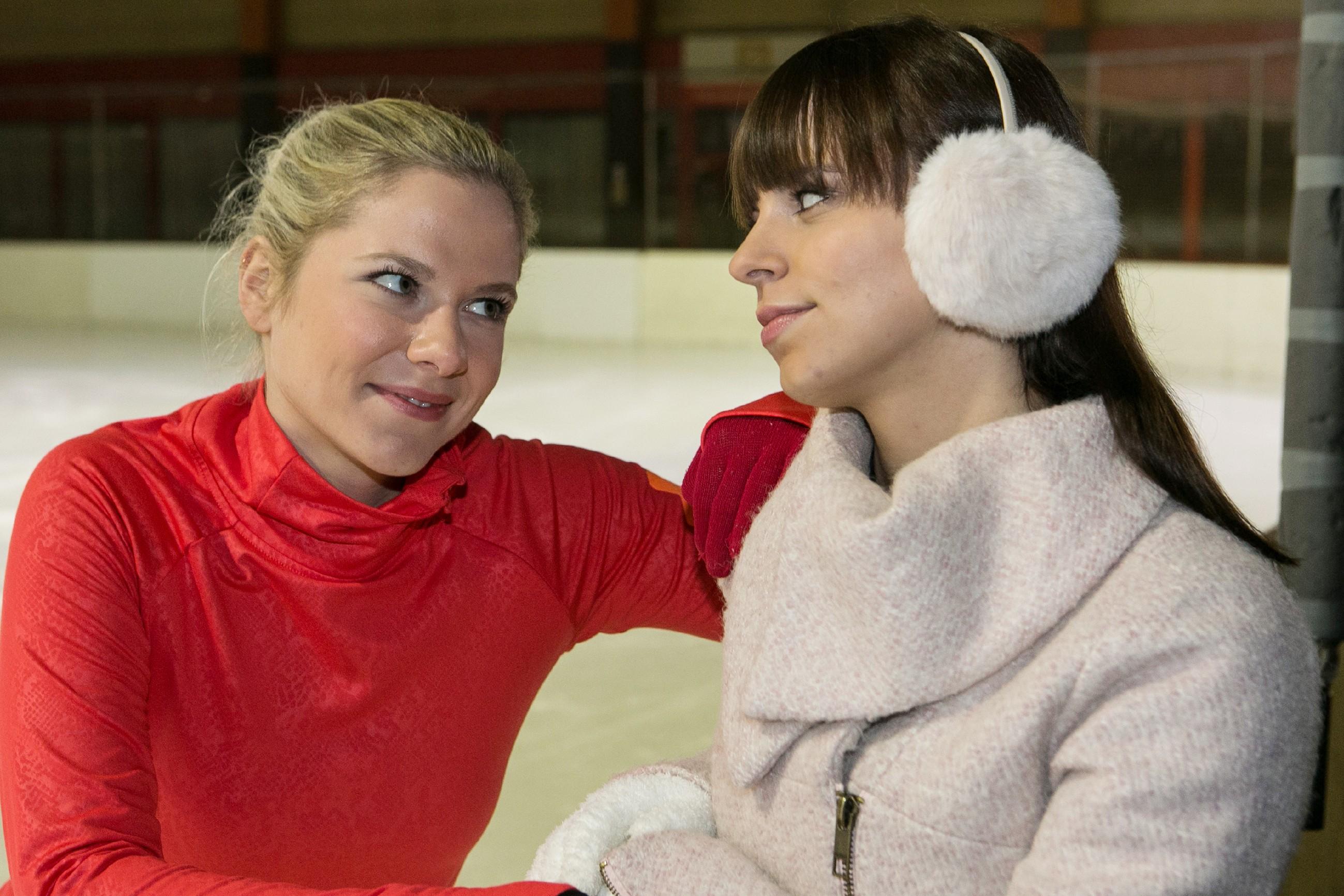 Marie (Cheyenne Pahde, l.) und Michelle (Franziska Benz) an der Bande. (Foto: RTL / Kai Schulz)