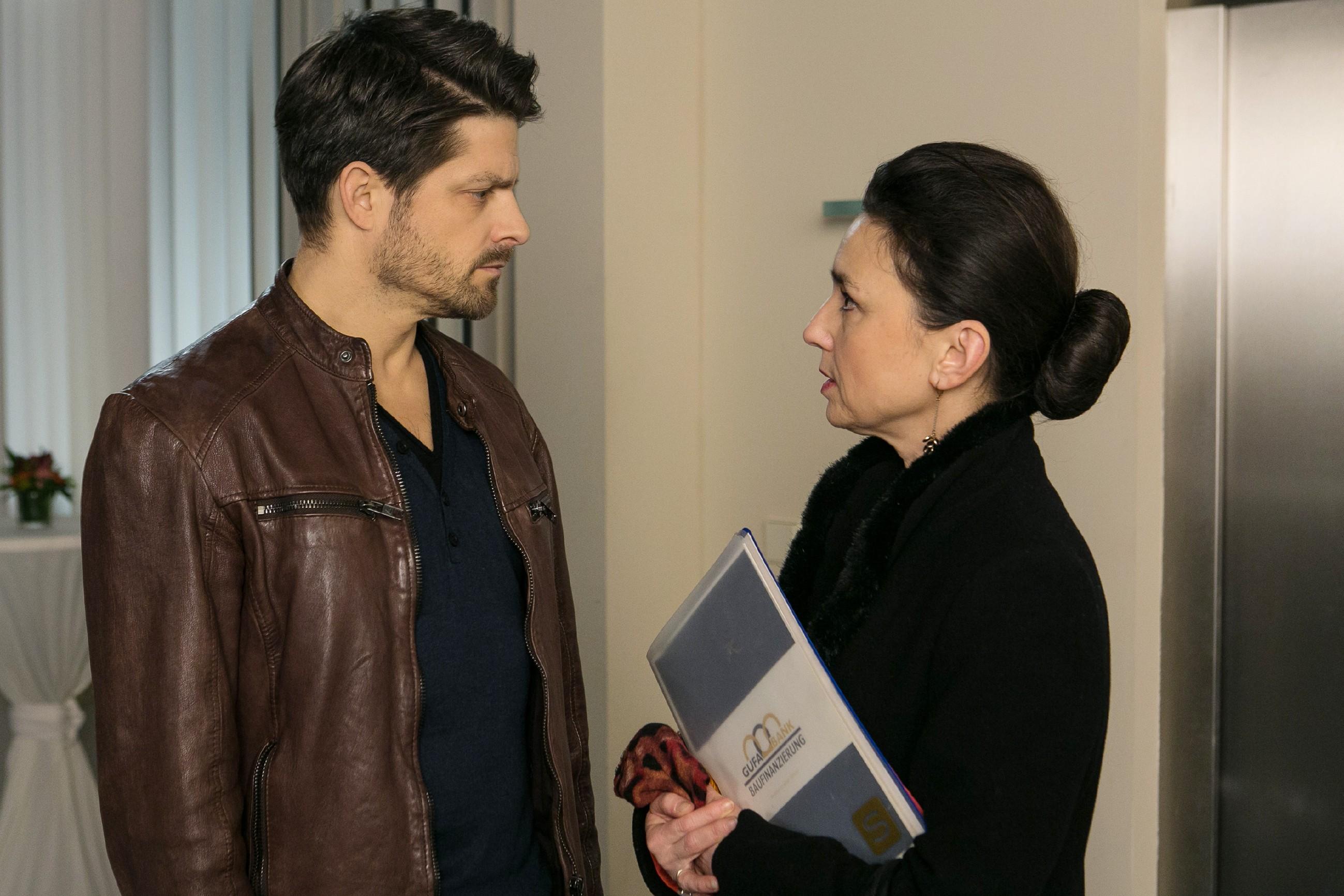Vincent (Daniel Buder) versucht Simone (Tatjana Clasing) davon zu überzeugen, dass seine Vatergefühle echt sind, doch Simone lehnt seine Bitte, ihm bei der Versöhnung mit Michelle zu helfen, ab. (Foto: RTL / Kai Schulz)