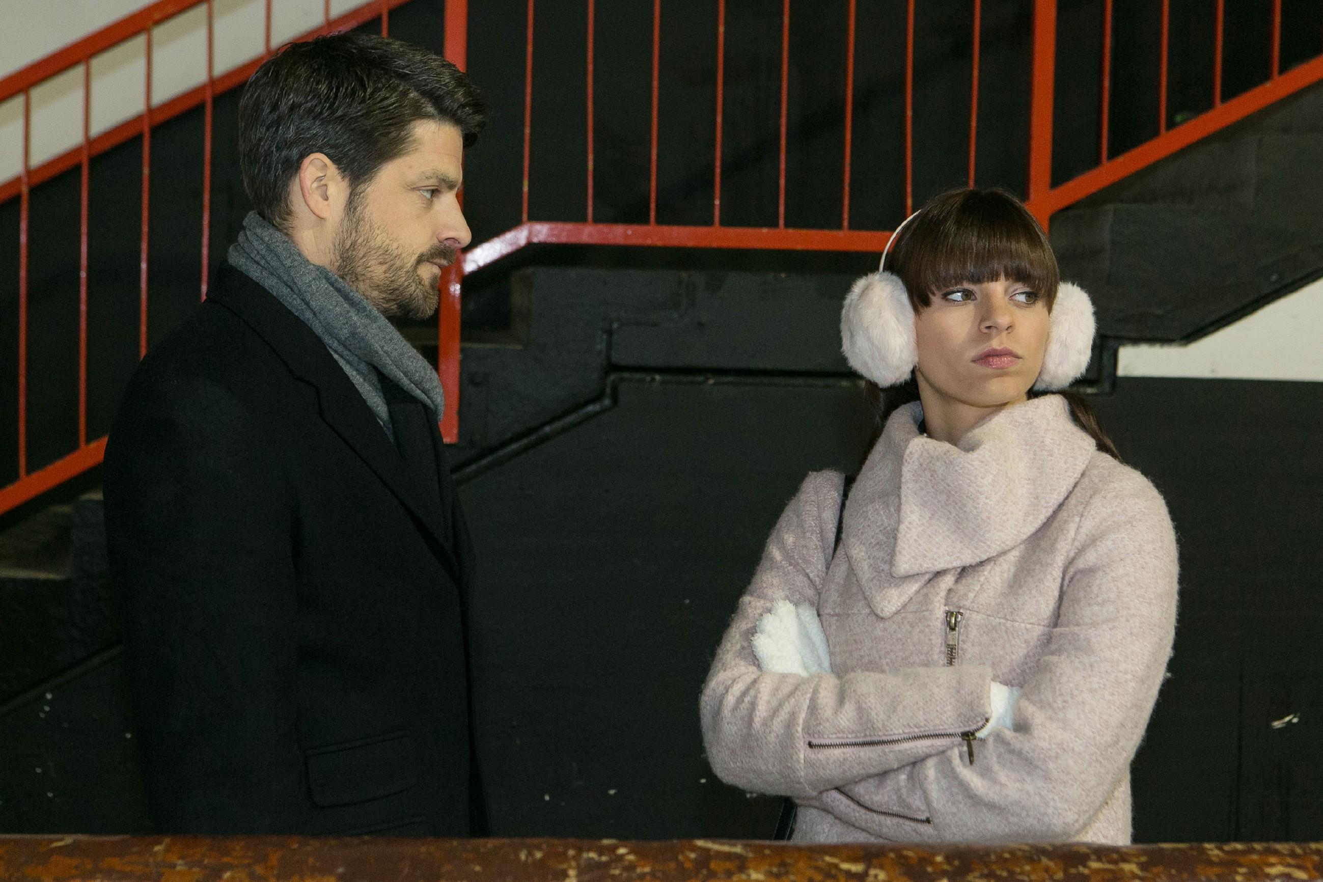 Vincent (Daniel Buder) bittet die fassunglose Michelle (Franziska Benz) um eine zweite Chance und bekräftigt, dass er es diesmal ernst meint. (Foto: RTL / Kai Schulz)
