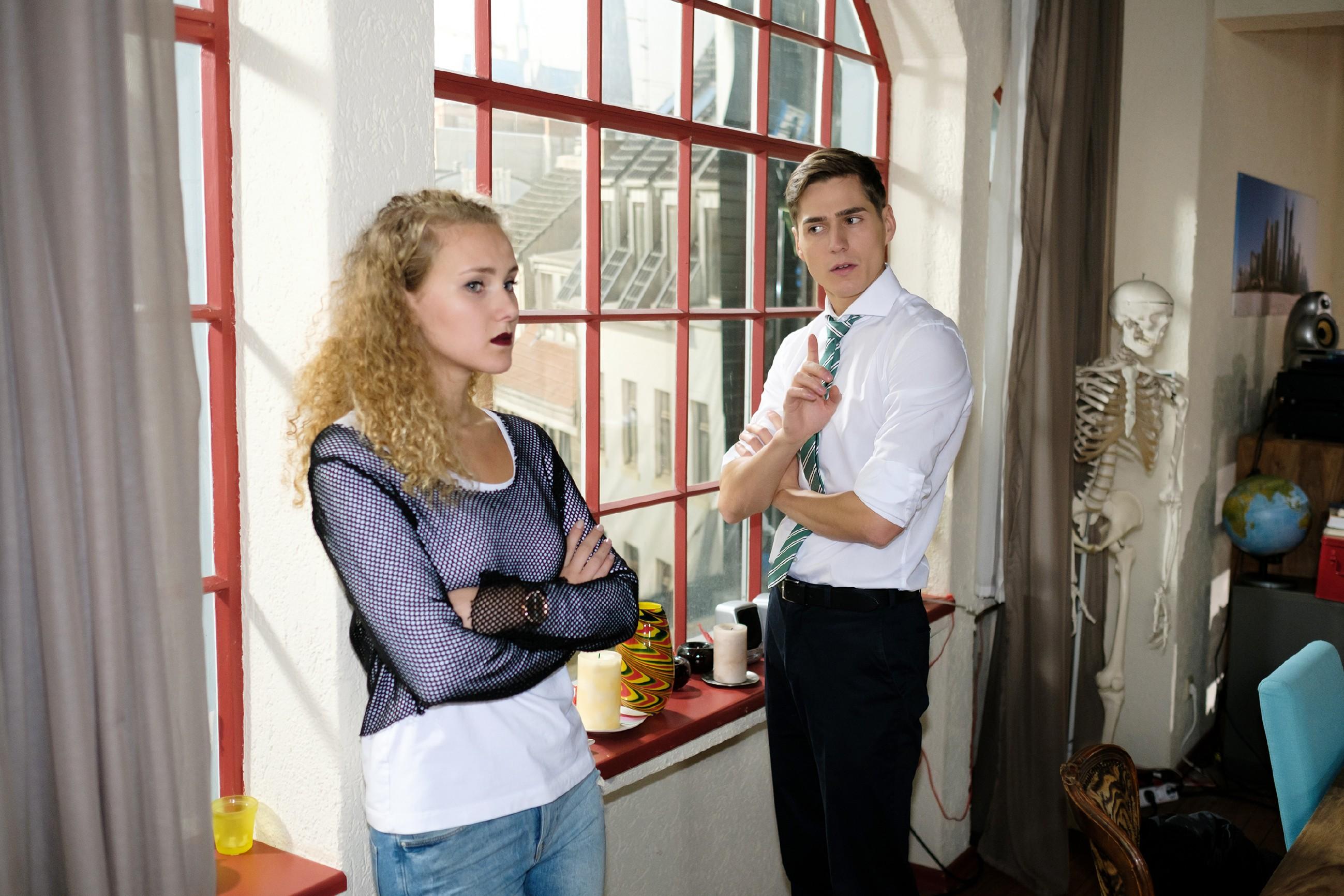 Ringo (Timothy Boldt) fasst im Beisein von KayC (Pauline Angert) einen Plan, wie er seinen Hals doch noch aus der Schlinge ziehen kann. (Quelle: RTL / Stefan Behrens)
