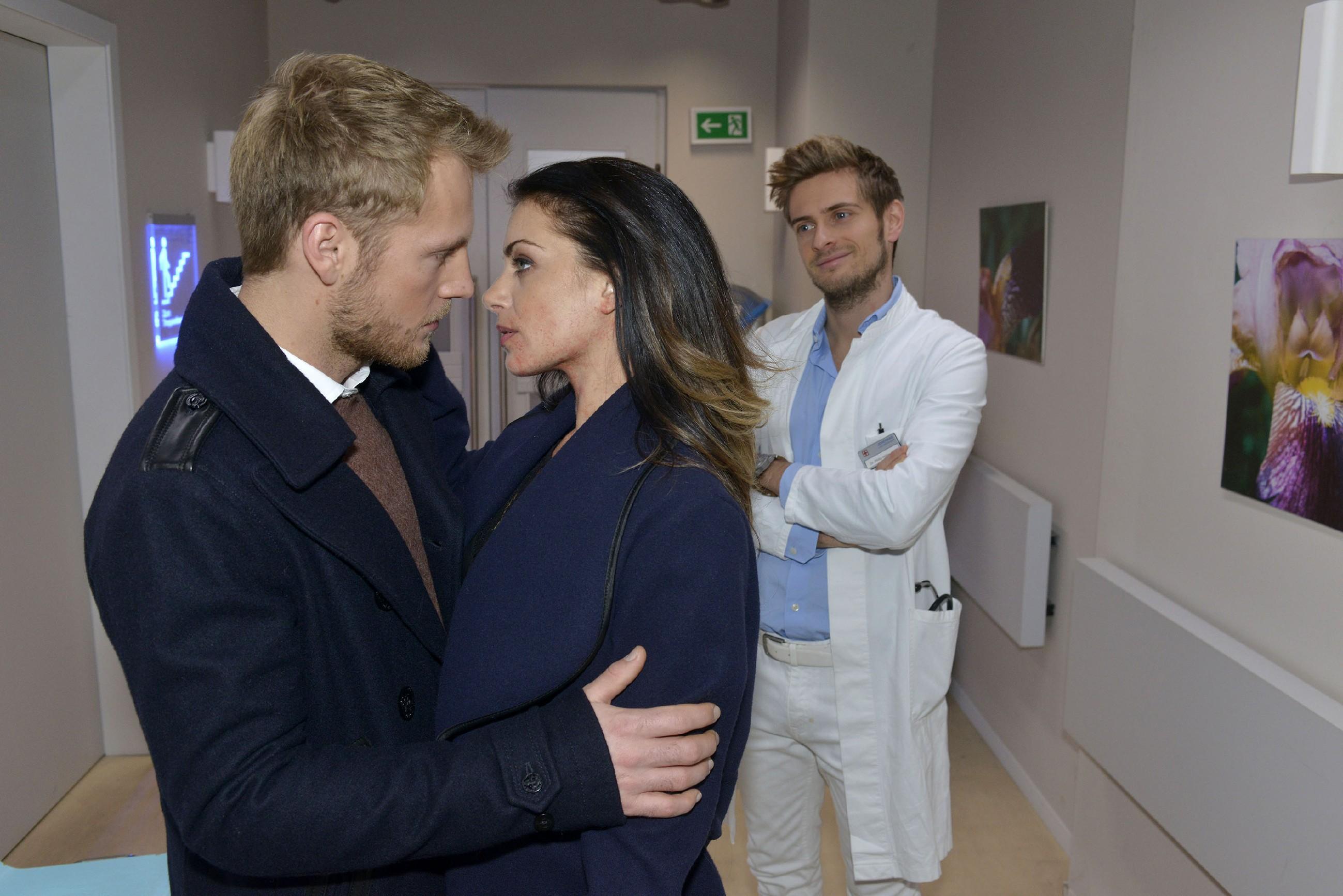 Philip (Jörn Schlönvoigt, r.) beobachtet zufrieden, dass Paul (Niklas Osterloh) und Emily (Anne Menden) endlich zueinander gefunden haben... (Quelle: RTL / Rolf Baumgartner)