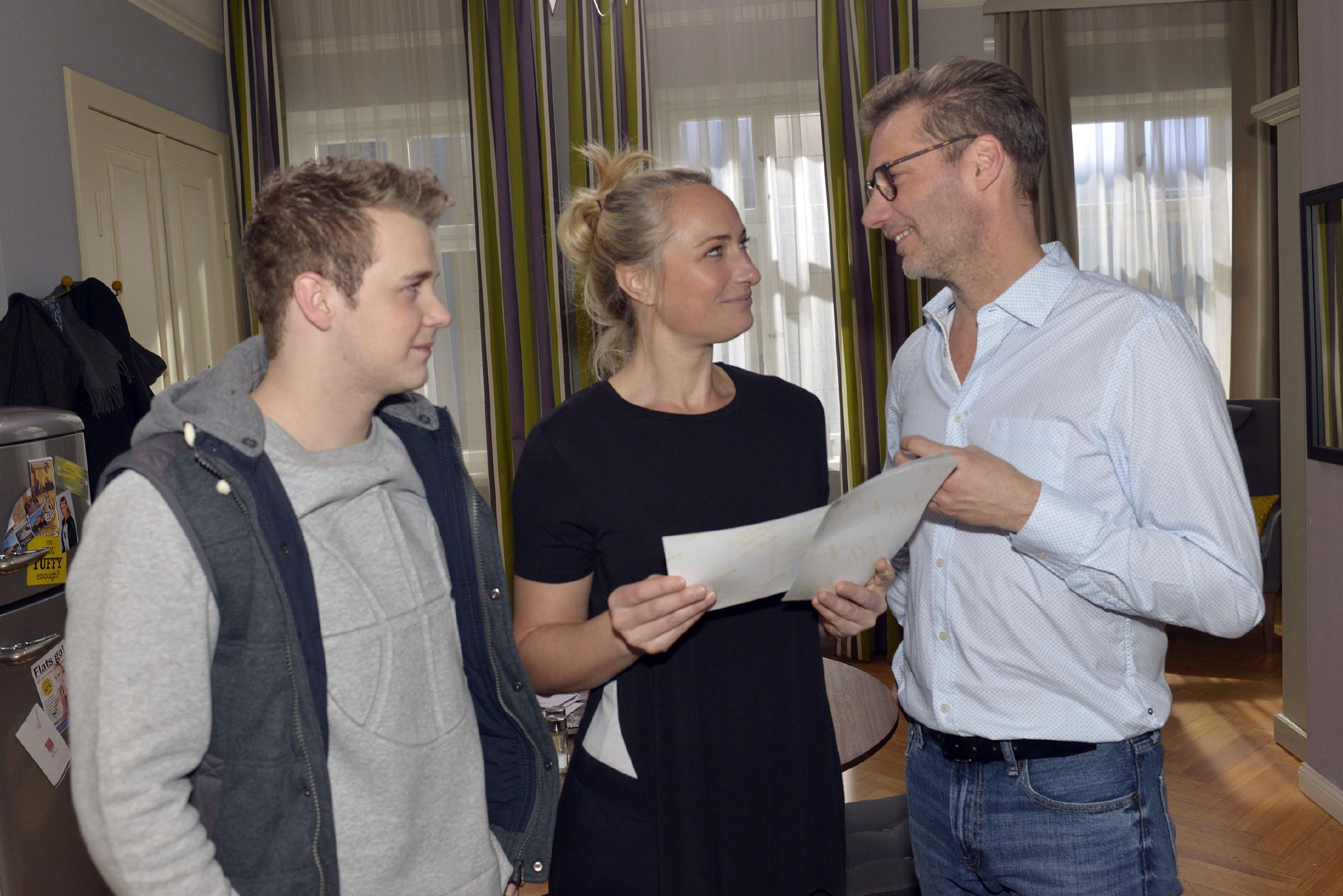 Alexander (Clemens Löhr, r.) präsentiert Jonas (Felix van Deventer) und Maren (Eva Mona Rodekirchen) seine Fotos und freut sich, dass Maren sie klasse findet. (Quelle: RTL / Rolf Baumgartner)