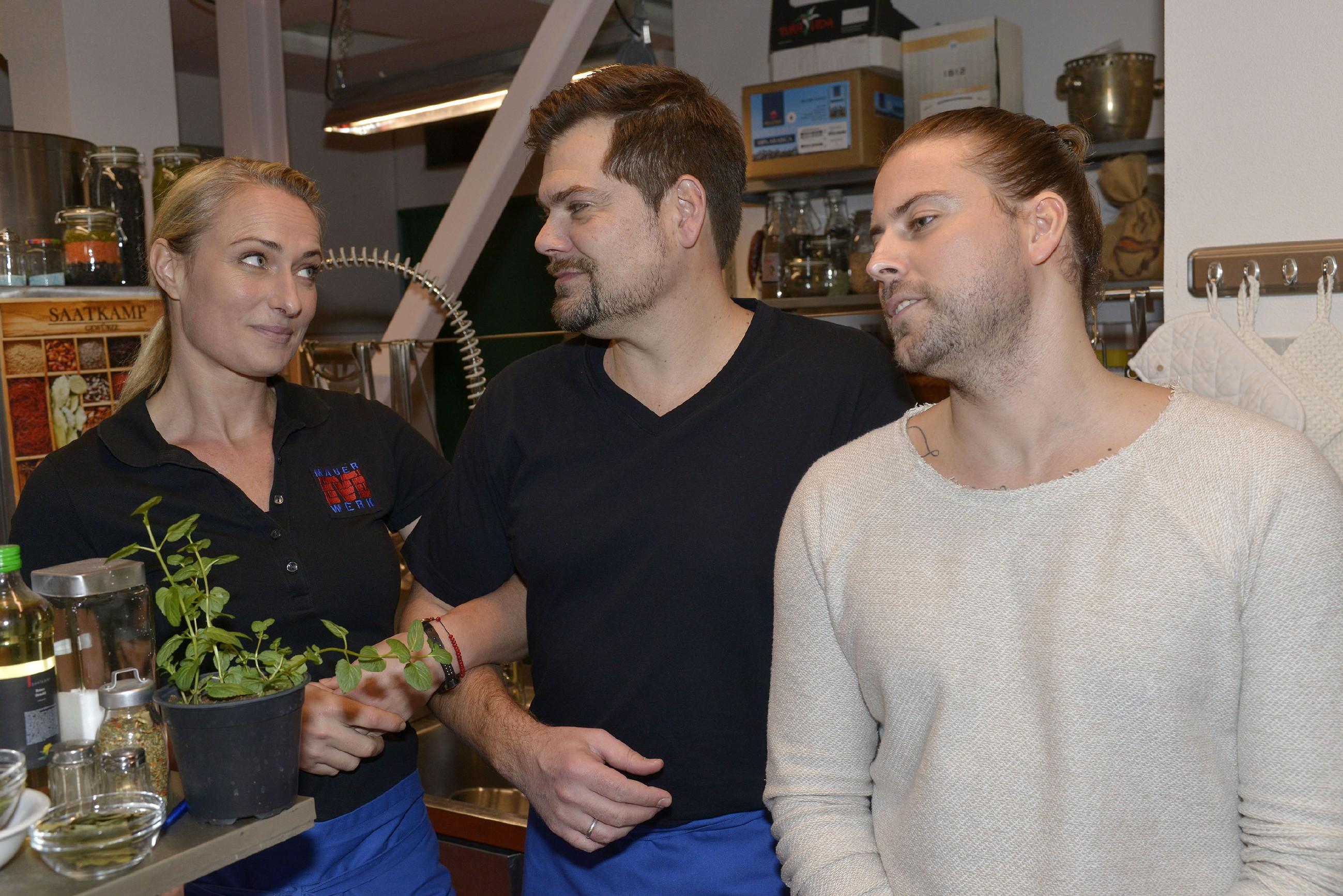 Leon (Daniel Fehlow, M.) lässt sich von Maren (Eva Mona Rodekirchen) und John (Felix von Jascheroff) überreden, um die Häuser zu ziehen. (Quelle: RTL / Rolf Baumgartner)