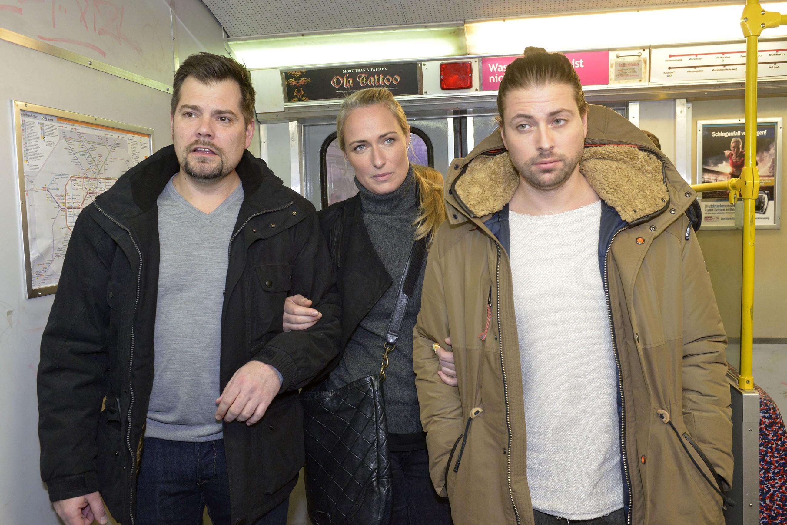Die durchfeierte Nacht hat Leon (Daniel Fehlow, l.), Maren (Eva Mona Rodekirchen) und John (Felix von Jascheroff) zusammengeschweißt. (Quelle: RTL / Rolf Baumgartner)