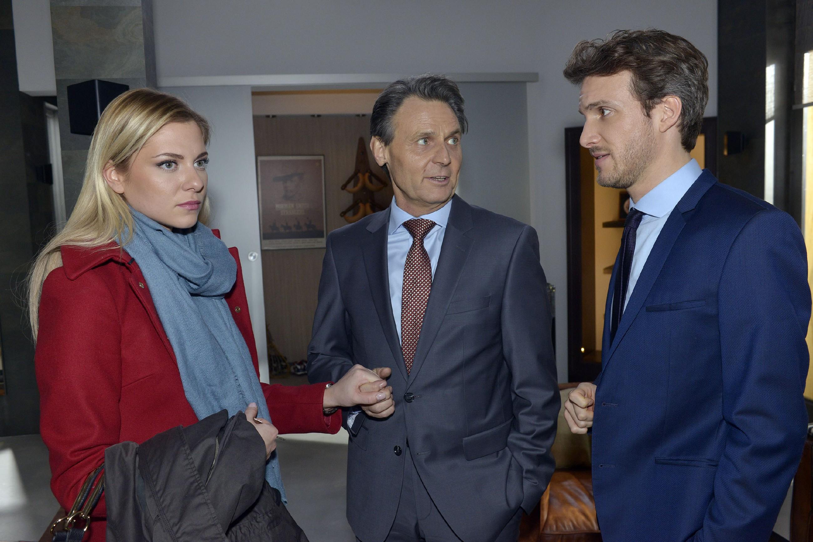 Sunny (Valentina Pahde) fühlt sich hintergangen, weil Felix (Thaddäus Meilinger, r.) entgegen ihrer Verabredung mit Gerner (Wolfgang Bahro) über ihre Verlobung gesprochen hat. (Quelle: RTL / Rolf Baumgartner)