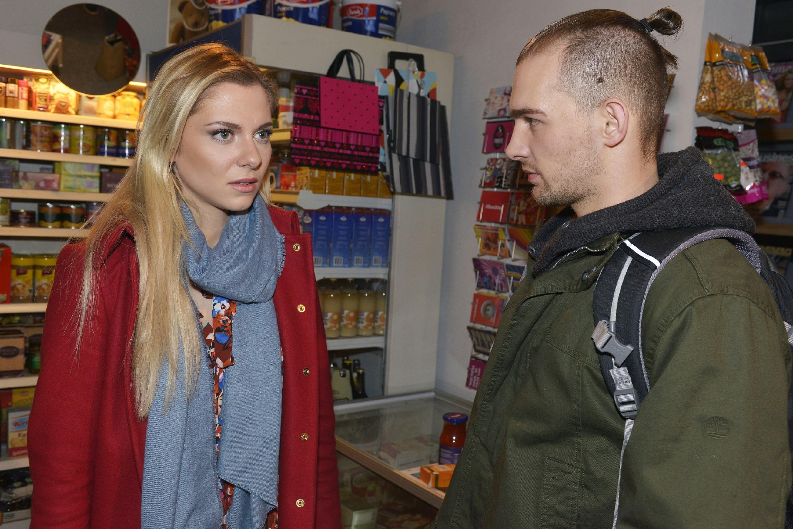 Chris (Eric Stehfest) bekommt mit, dass sich bei Sunny (Valentina Pahde) offenbar Zweifel in Bezug auf Felix regen... (Quelle: RTL / Rolf Baumgartner)