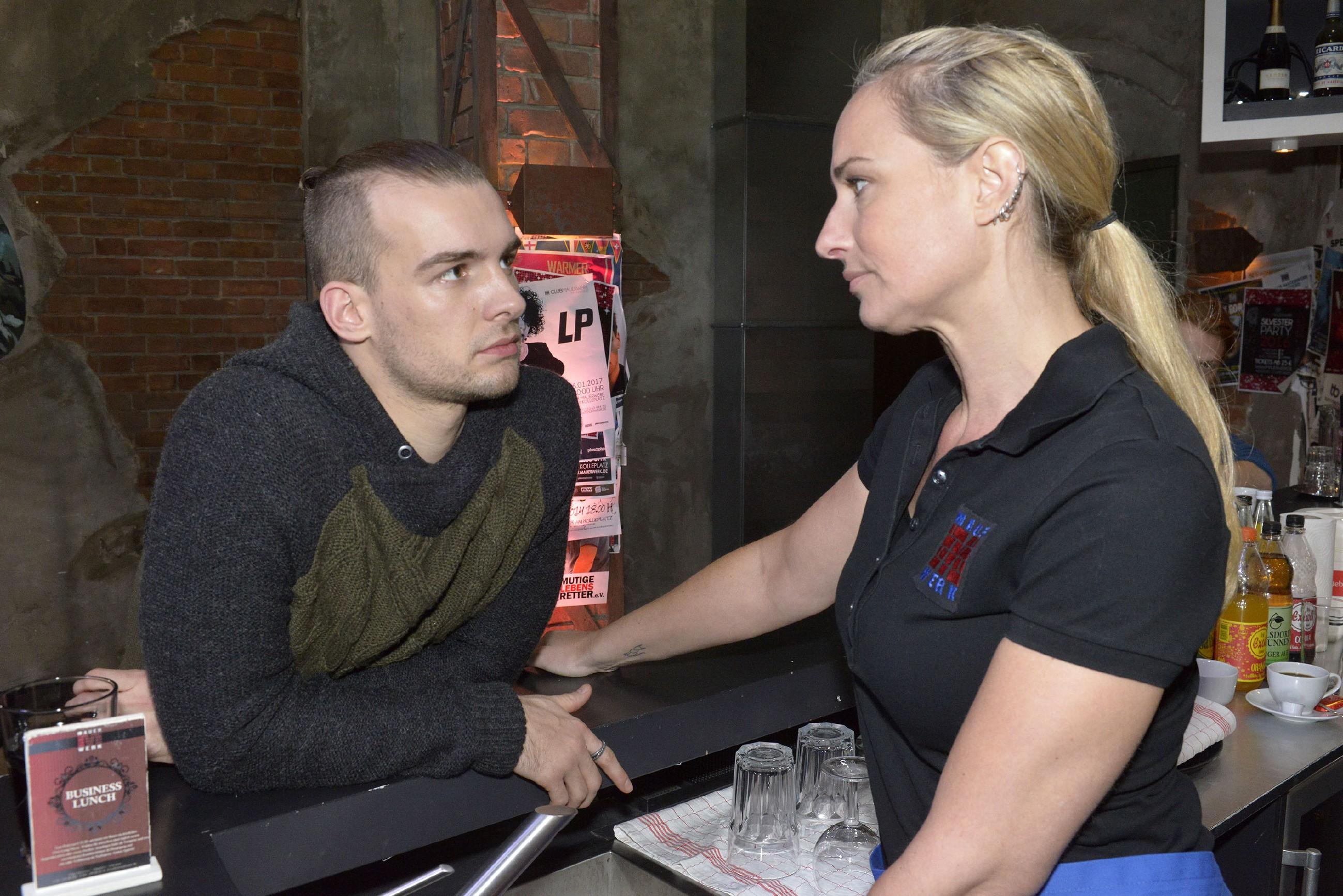 Chris (Eric Stehfest) vertraut Maren (Eva Mona Rodekirchen) an, dass er den Kampf um Sunny aufgeben will. (Quelle: RTL / Rolf Baumgartner)