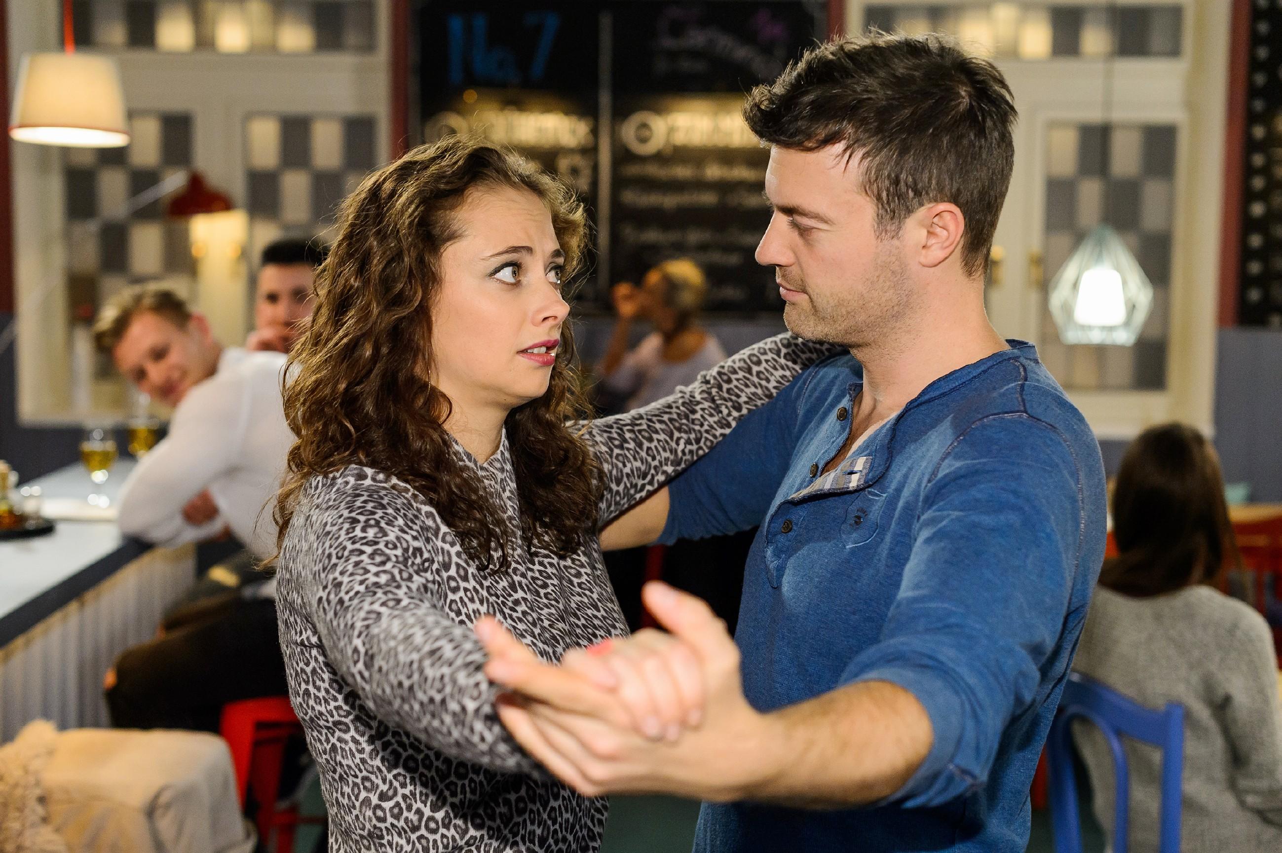 Ben (Jörg Rohde) muss schmerzhaft feststellen, dass Carmen (Heike Warmuth) ein hoffnungsloser Tanz-Fall ist. (Quelle: RTL / Kai Schulz)