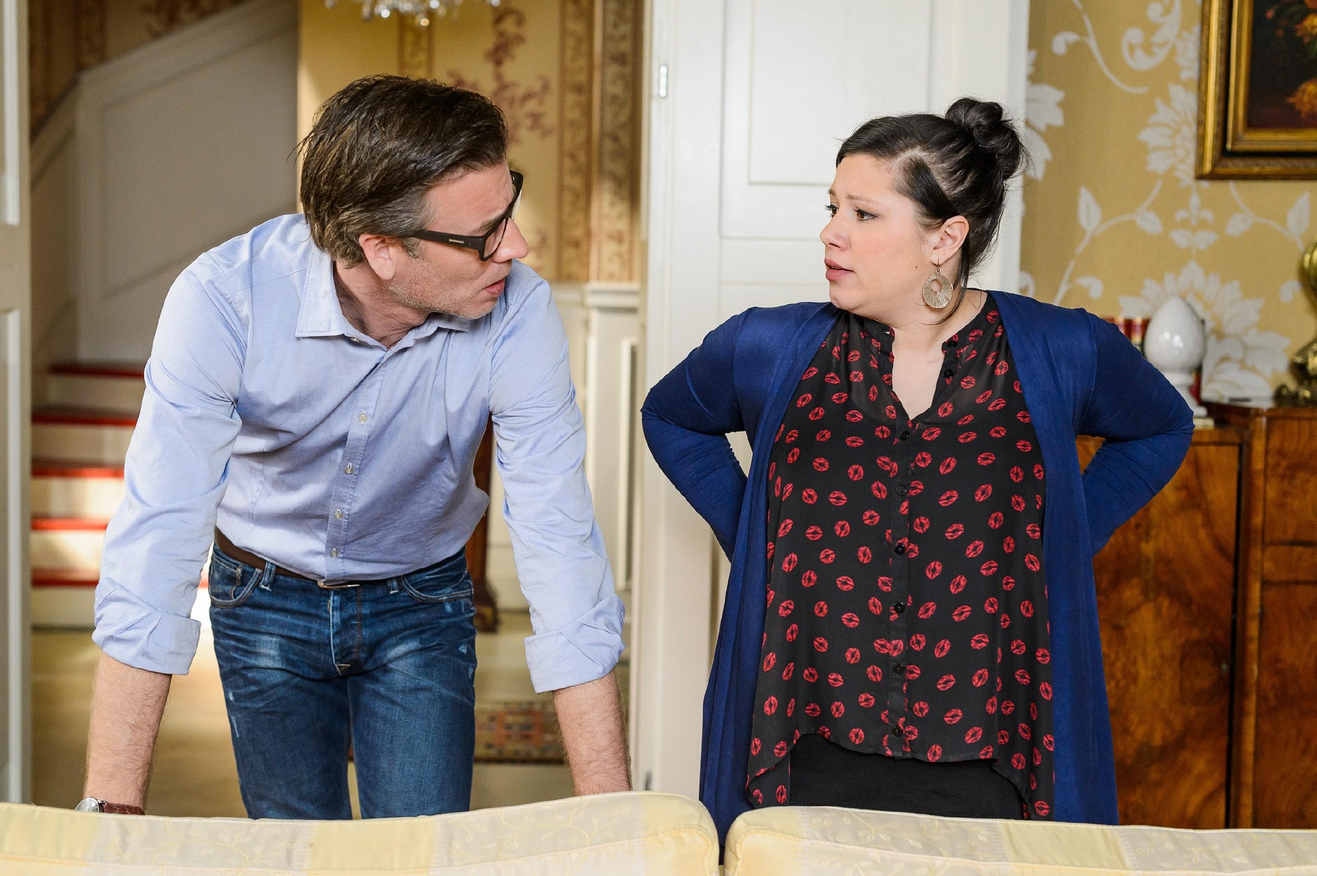 Vanessa (Julia Augustin) verteidigt vor Christoph (Lars Korten) ihren Vorschlag, dass Jenny Henrys Taufpatin werden soll. (Quelle: RTL / Willi Weber)