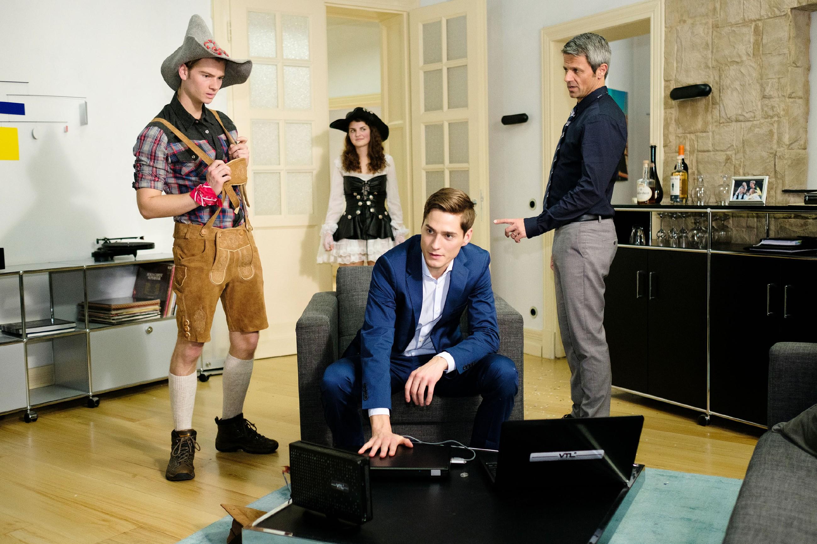 Benedikt (Jens Hajek, r.) und Ringo (Timothy Boldt, 2.v.r.) werden von Valentin (Aaron Koszuta, l.) beinahe beim Unterschlagen des Charity-Geldes erwischt. (Quelle: RTL / Stefan Behrens)